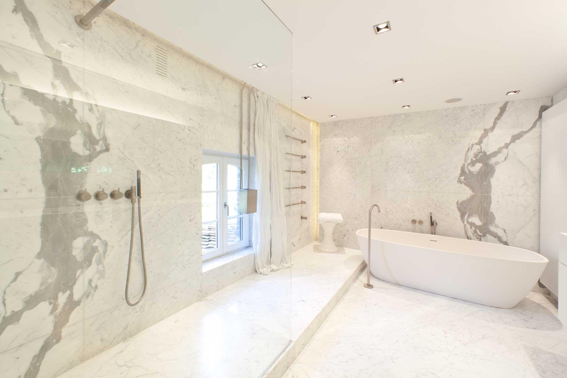Statuario Marmor Bad/Dusche mit Vola Armaturen  Marmor Radermacher