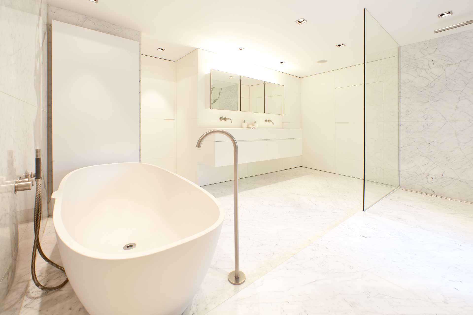 Radermacher_bad_carrara_marmorbad_natursteinboden_minimalistisches_design_zeitlose_gestaltung