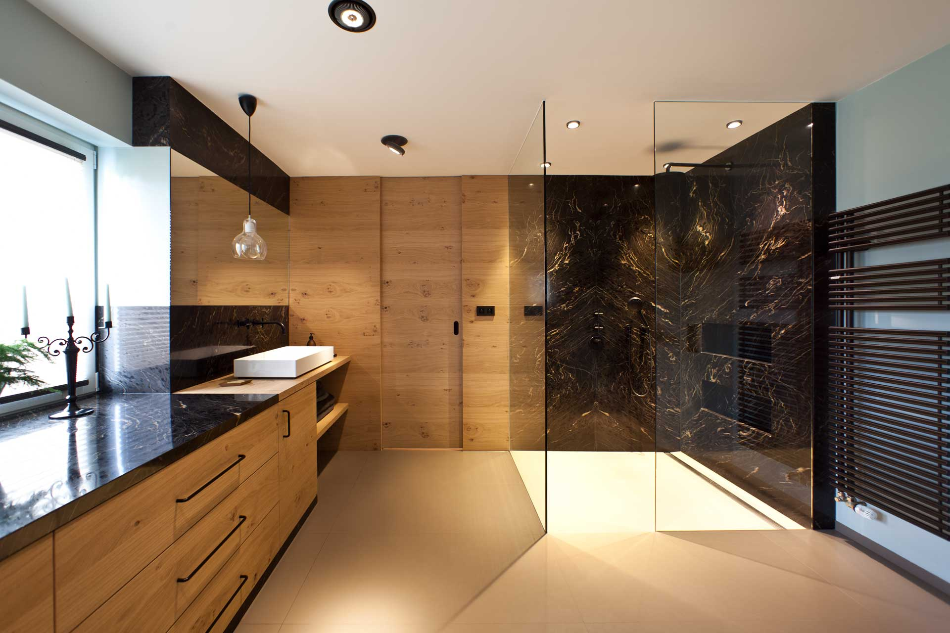 Badezimmer aus dem Gneis Titanium