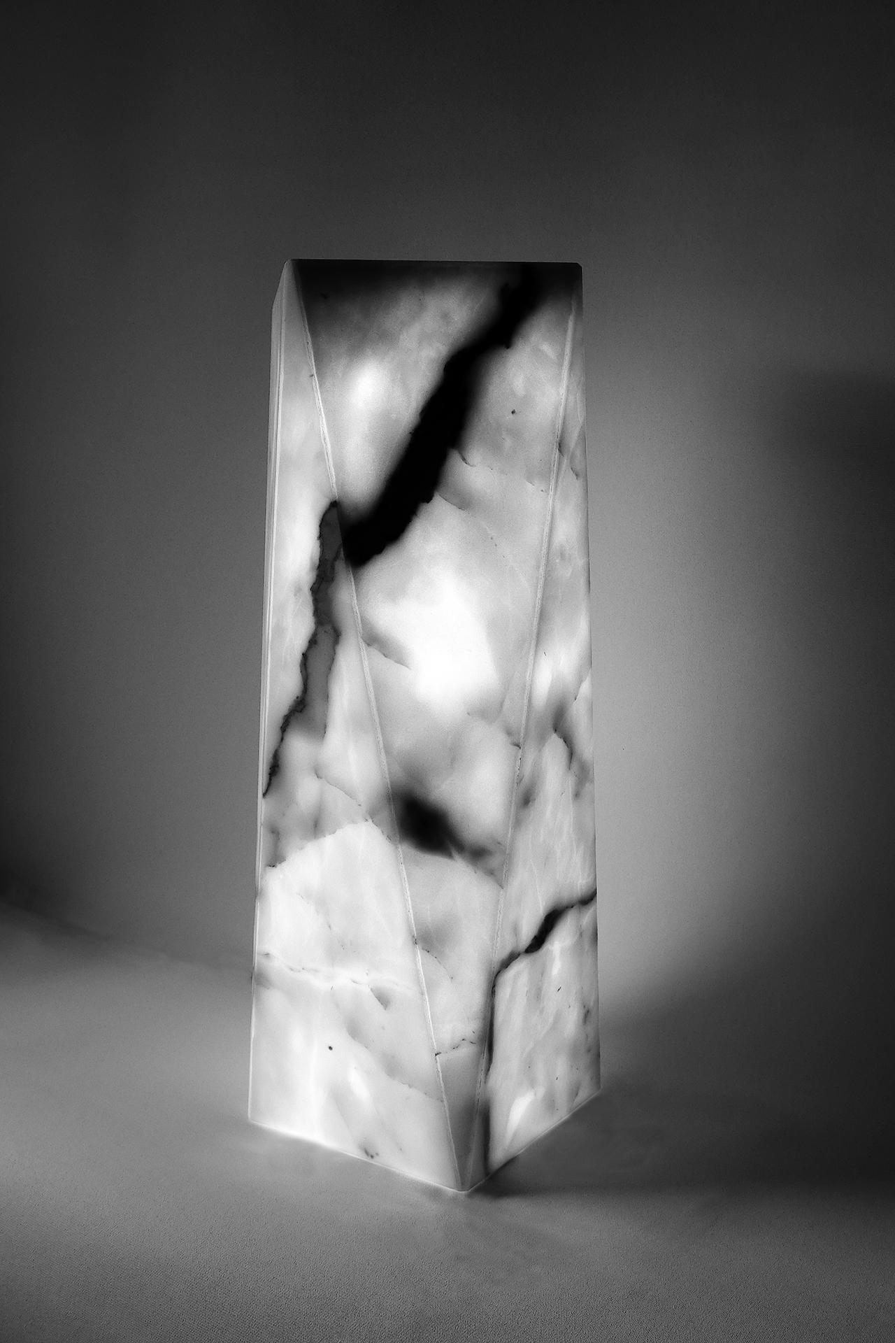 Polygonale Marmorstehle als Design-Lampe