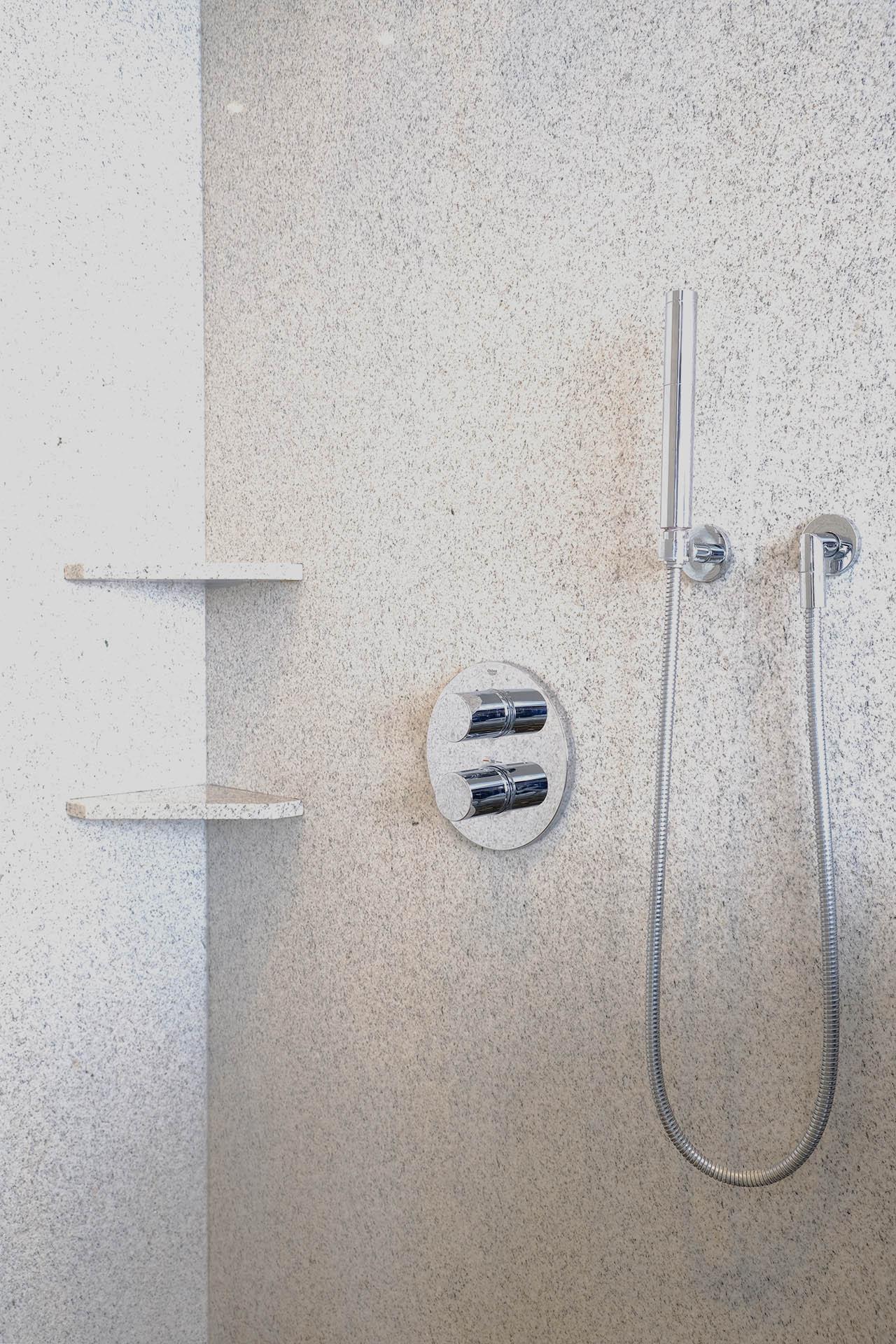 dusche_detail_marmor_radermacher_nero_marinace_imperial_white_badezimmer_salle_de_bain_douche_dusche_waschtisch_lavabo_b
