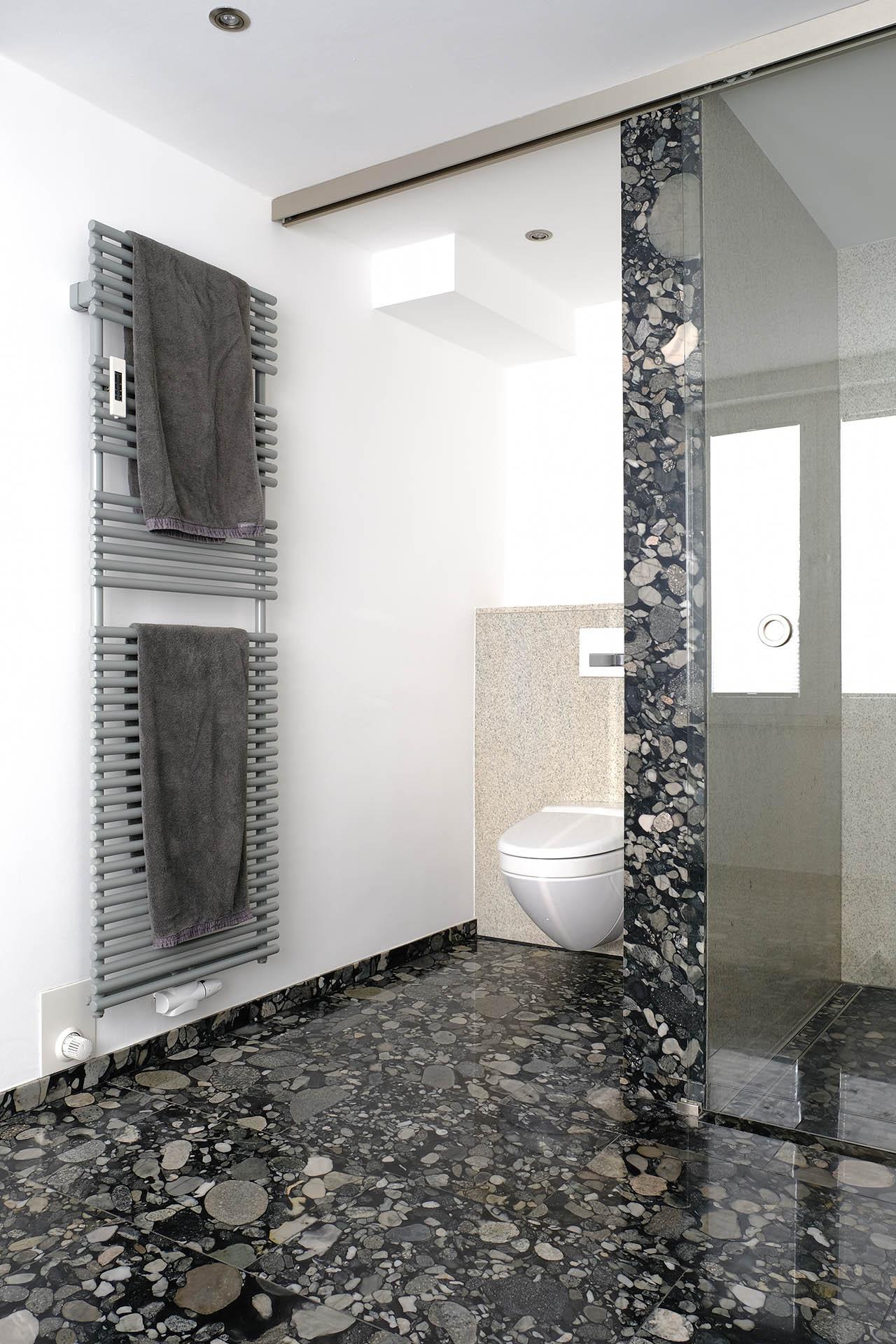 perspektie_wc_marmor_radermacher_nero_marinace_imperial_white_badezimmer_salle_de_bain_douche_dusche_waschtisch_lavabo