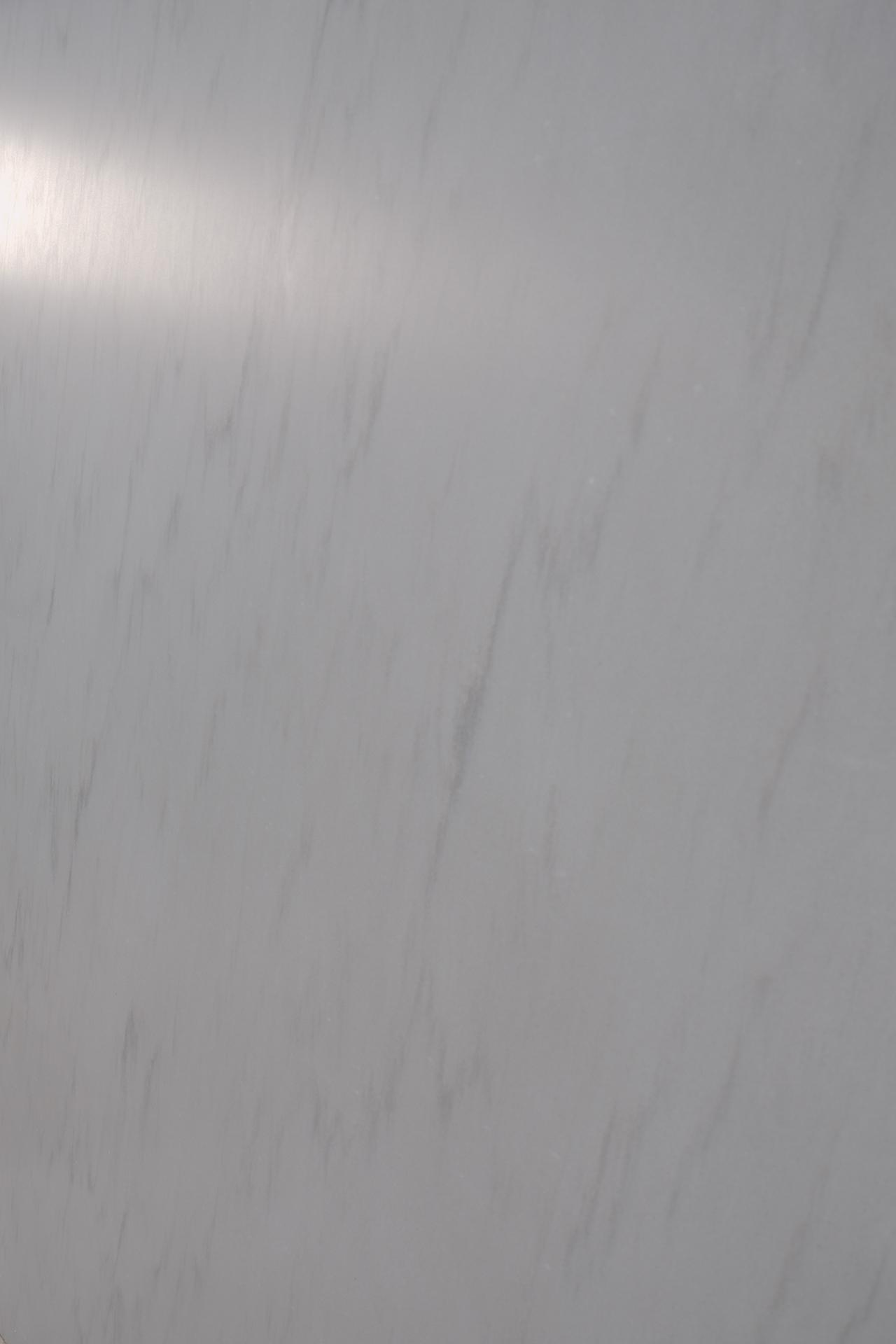 Detail der feingeschliffenen Oberfläche_Silver Quarzit