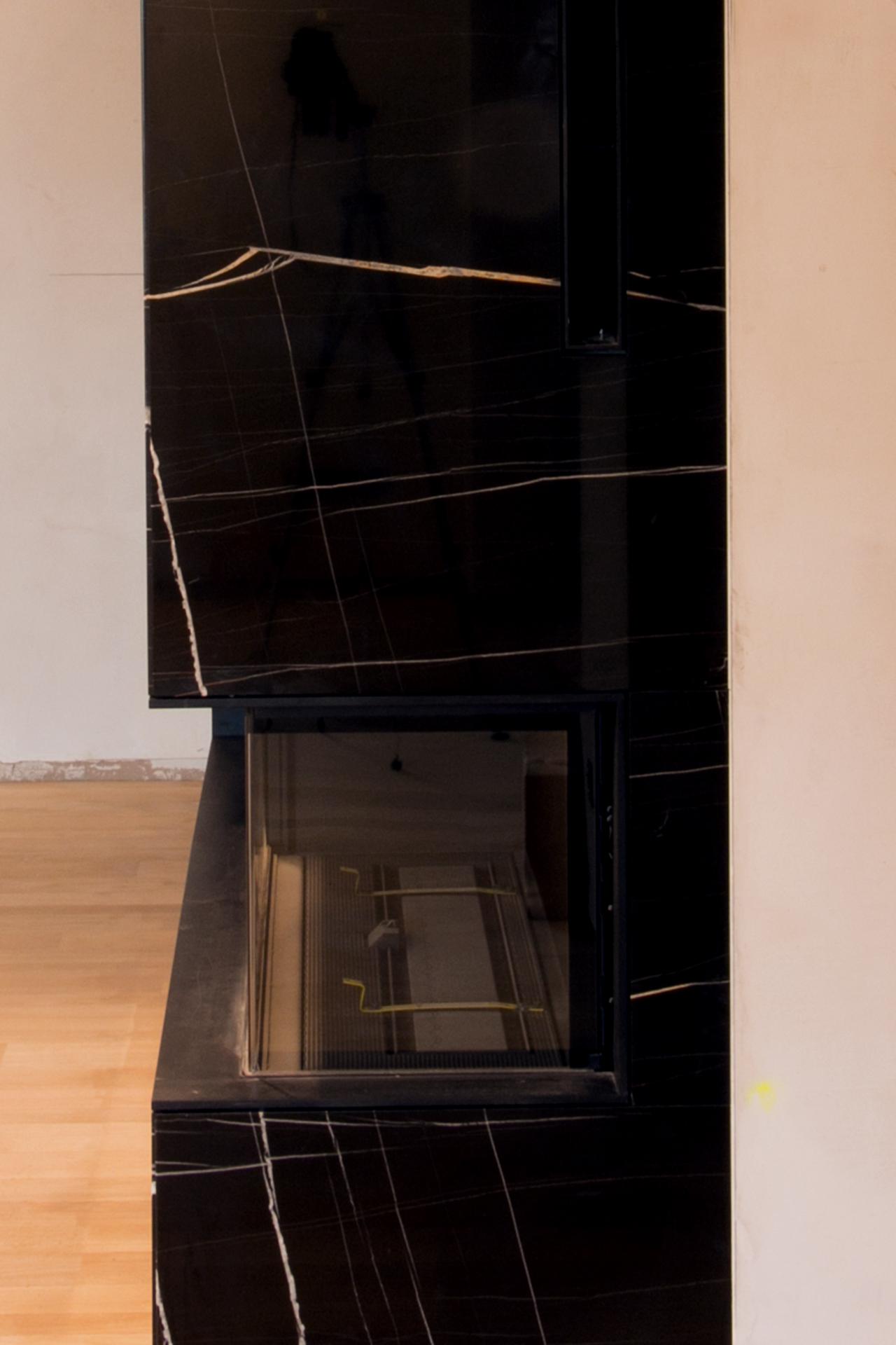marmor_radermacher_sahara_noir_schwarz_marmor_gold_kamin_modern_exklusiv_seite_detail