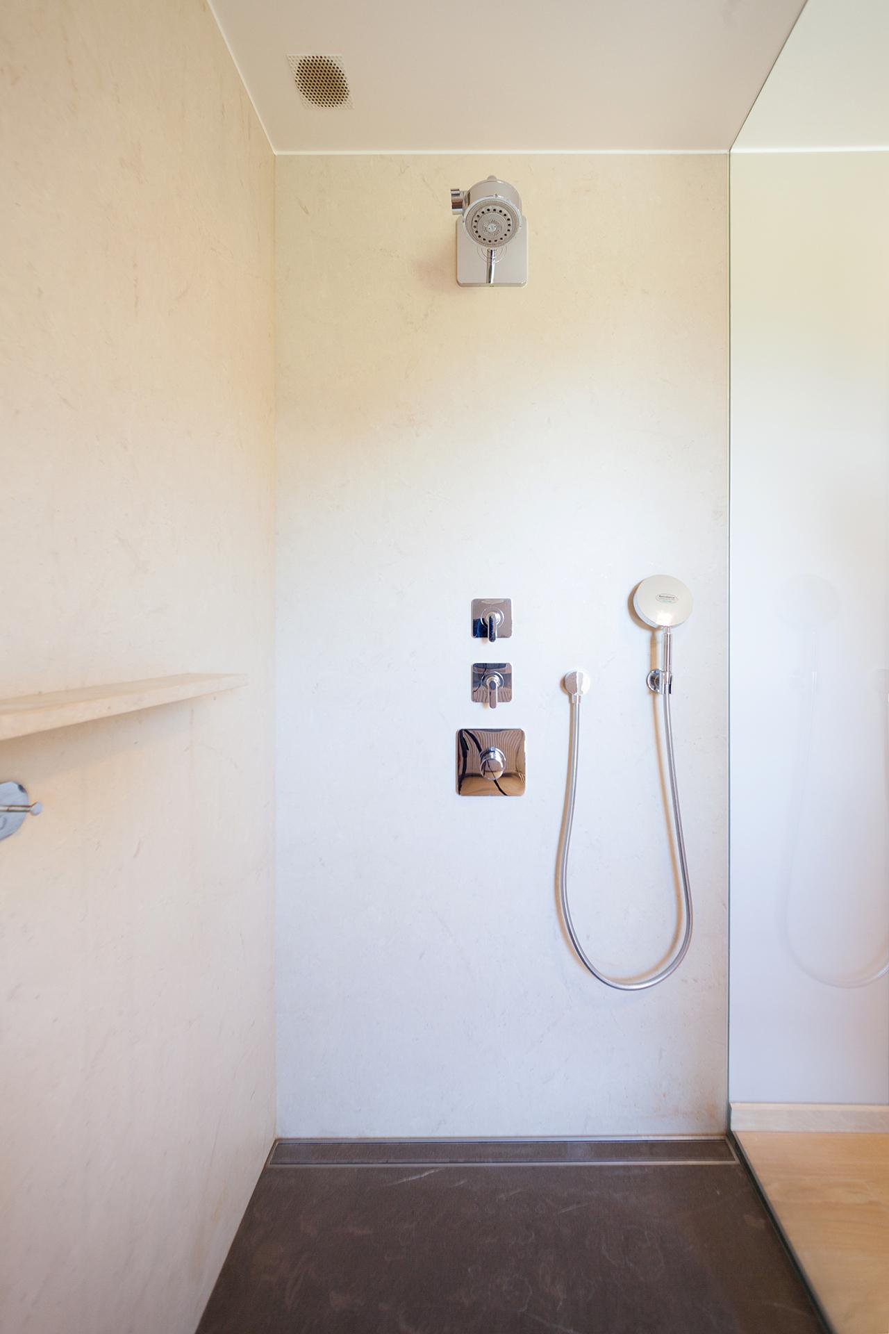Begehbare Dusche aus Thalla Beige und Pietra Piasentina