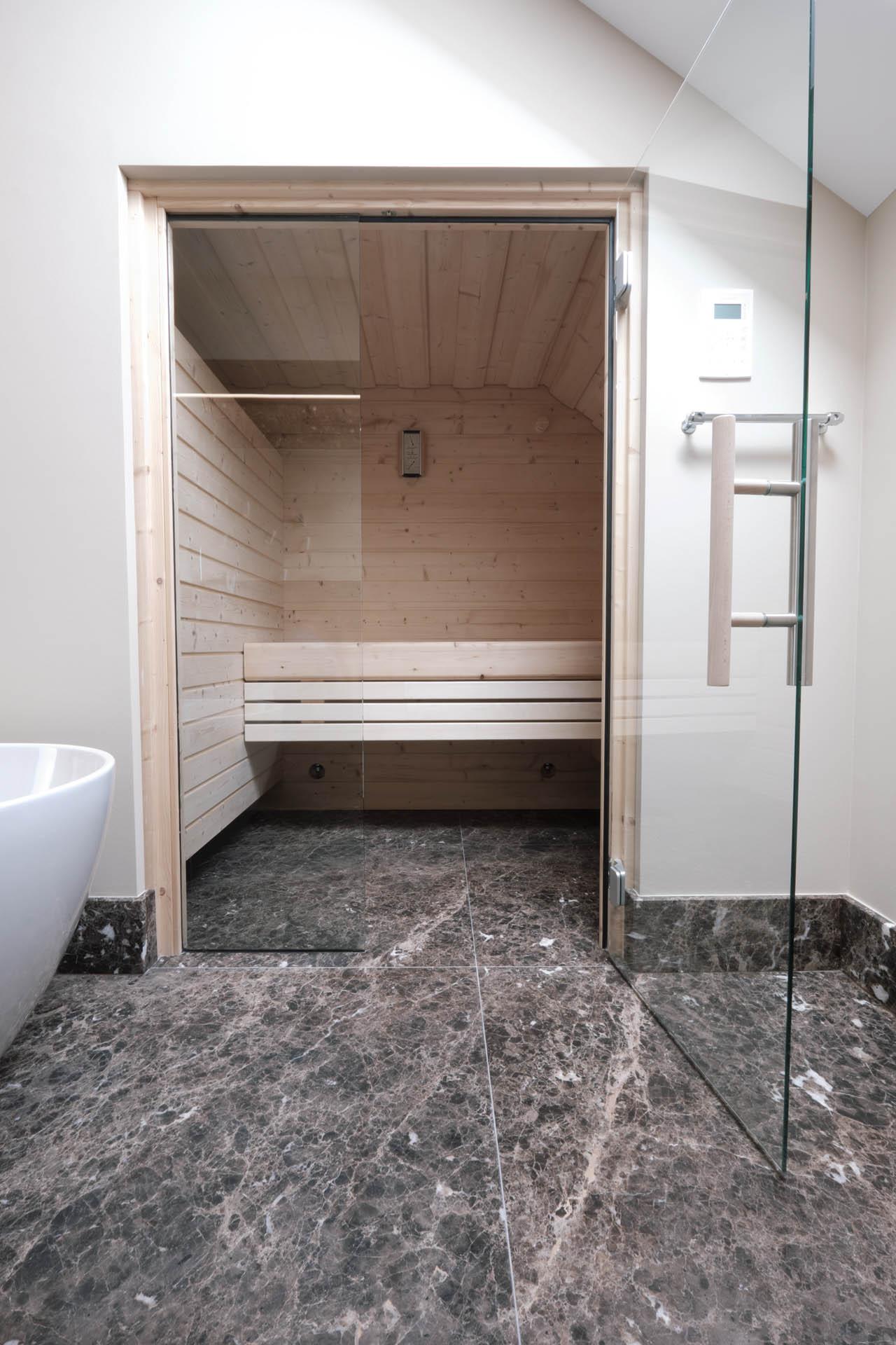 In geräumigen Badezimmern lässt sich schnell Platz für eine Sauna finden