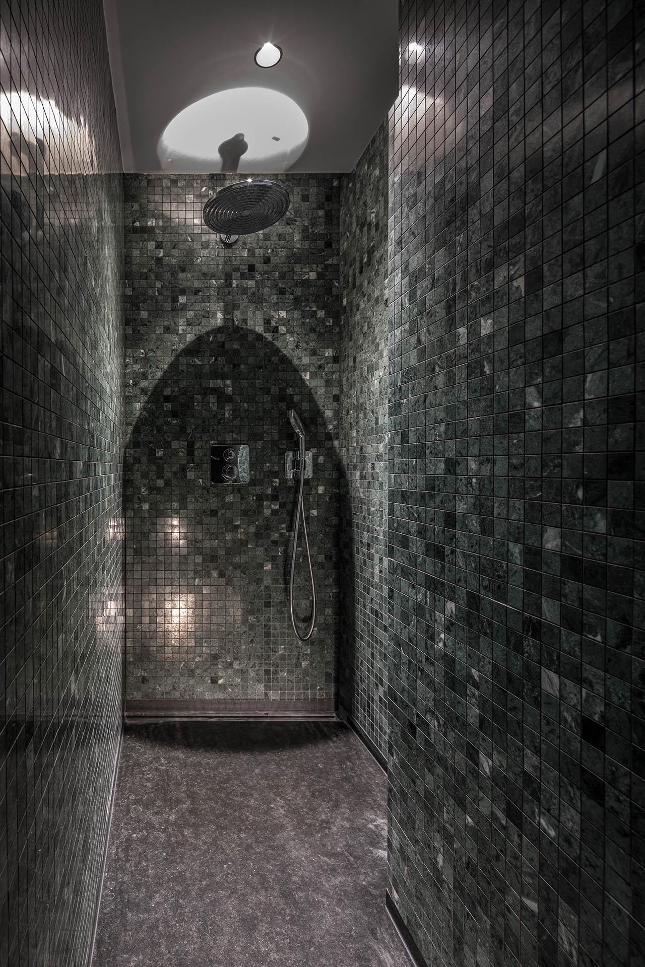Barrierefreie Dusche aus Naturstein Mosaik