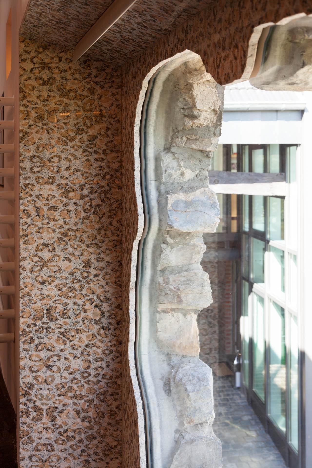 Der Fensterrhmen aus Stein passt sich dem Mauerwerk an