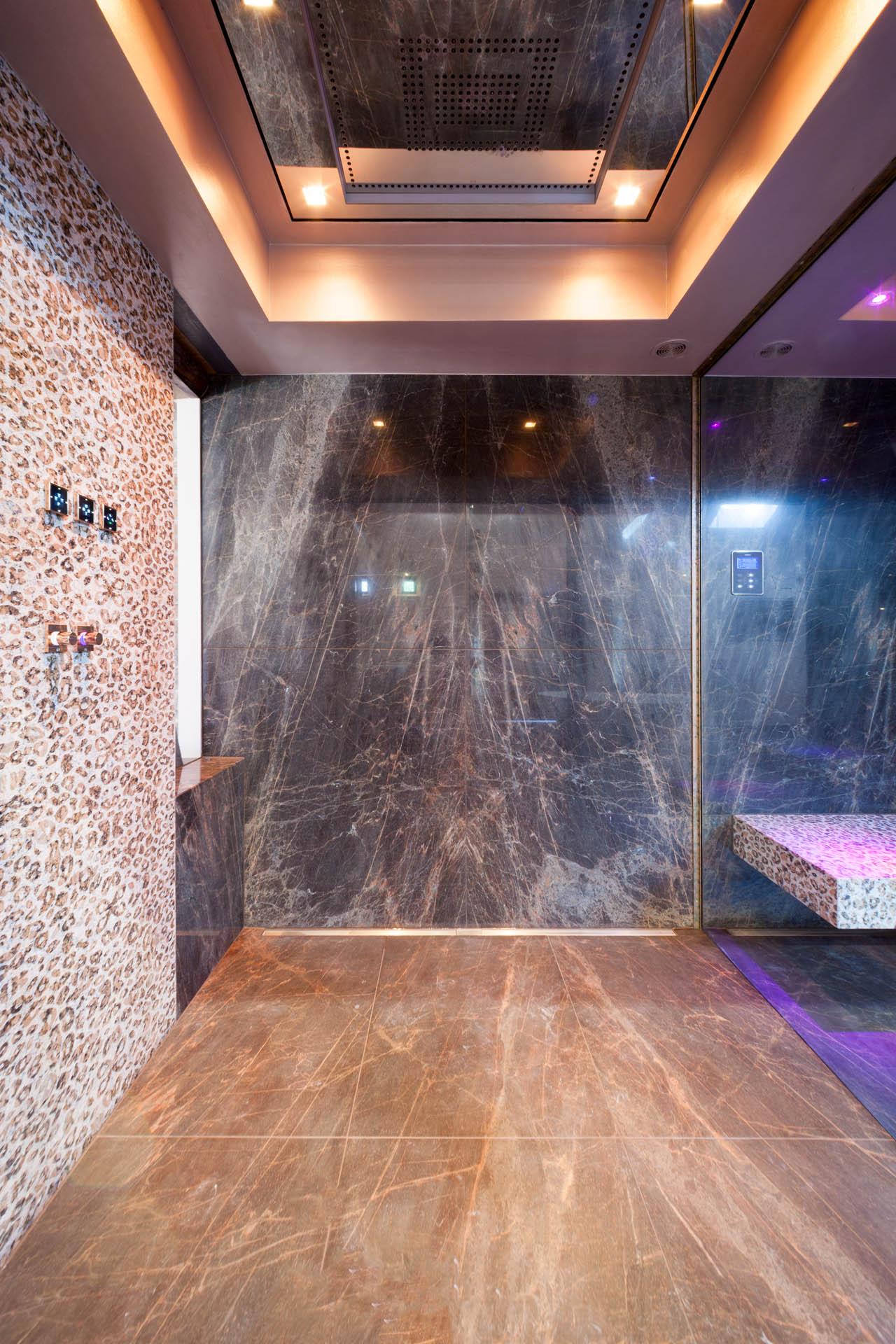 Der Duschboden ist gesandstrahlt um eine Rutschfestigkeit zu gewährleisten