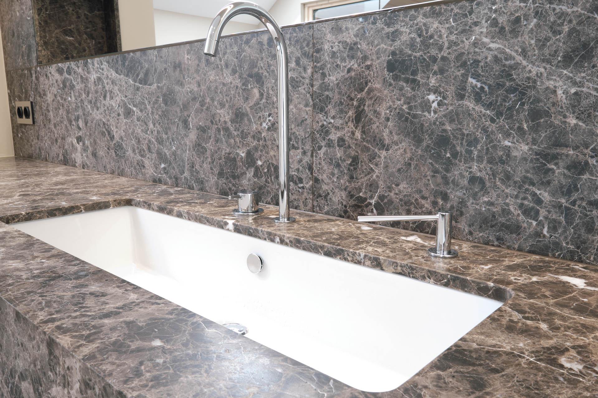 Badezimmer Waschtisch aus braunem Marmor mit Vola Armaturen