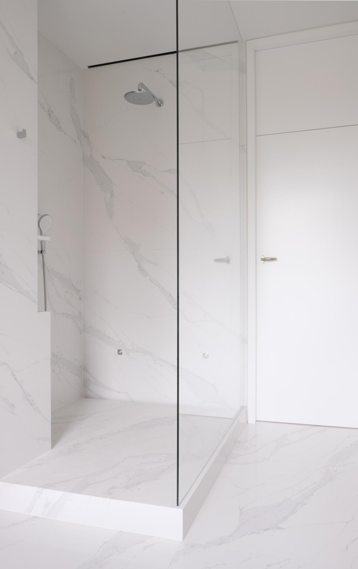 Großformatige Duschwandplatten und Duschtasse aus Stein auf Maß gefertigt