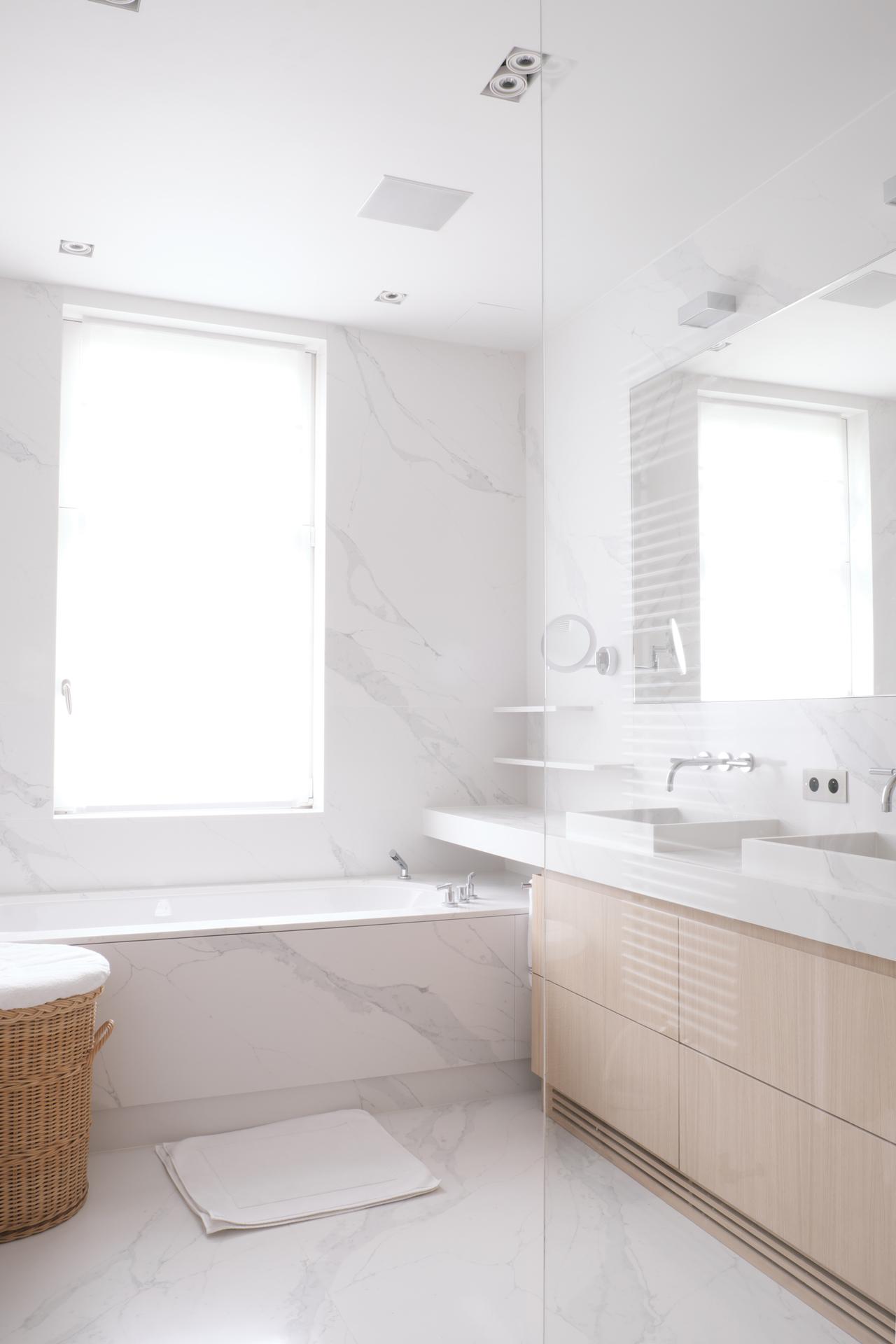 Badezimmer in Compac Calcatta mit Badweannenverkleidung und Waschtisch