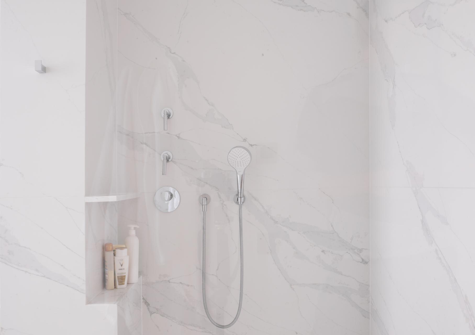 Großformatige Duschwandplatten aus Stein auf Maß gefertigt
