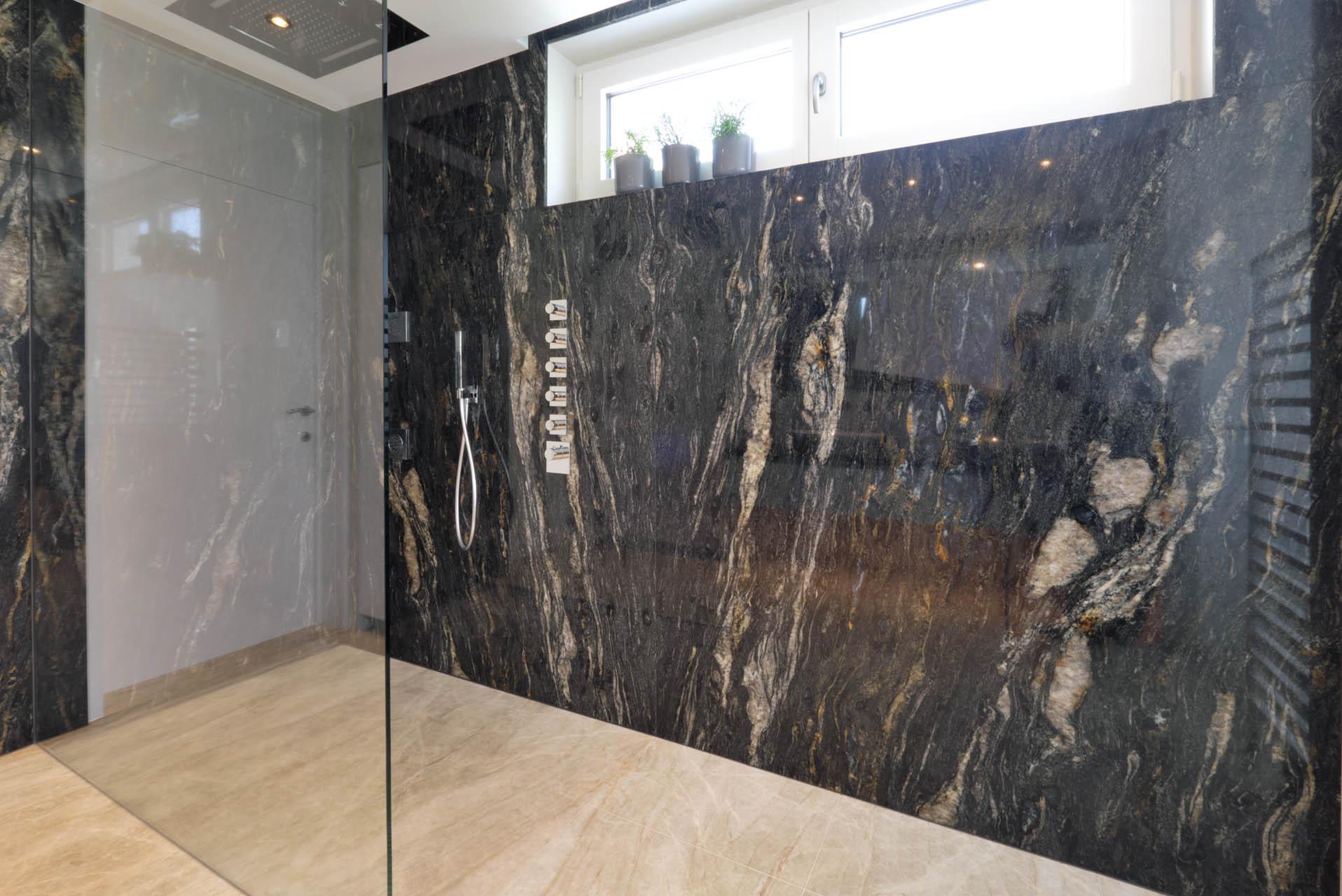 Wandplatten aus dunklem Granit mit goldenen Adern