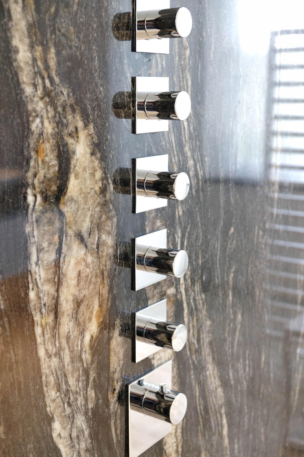 Designfliesen aus Naturstein für den Duschbereich