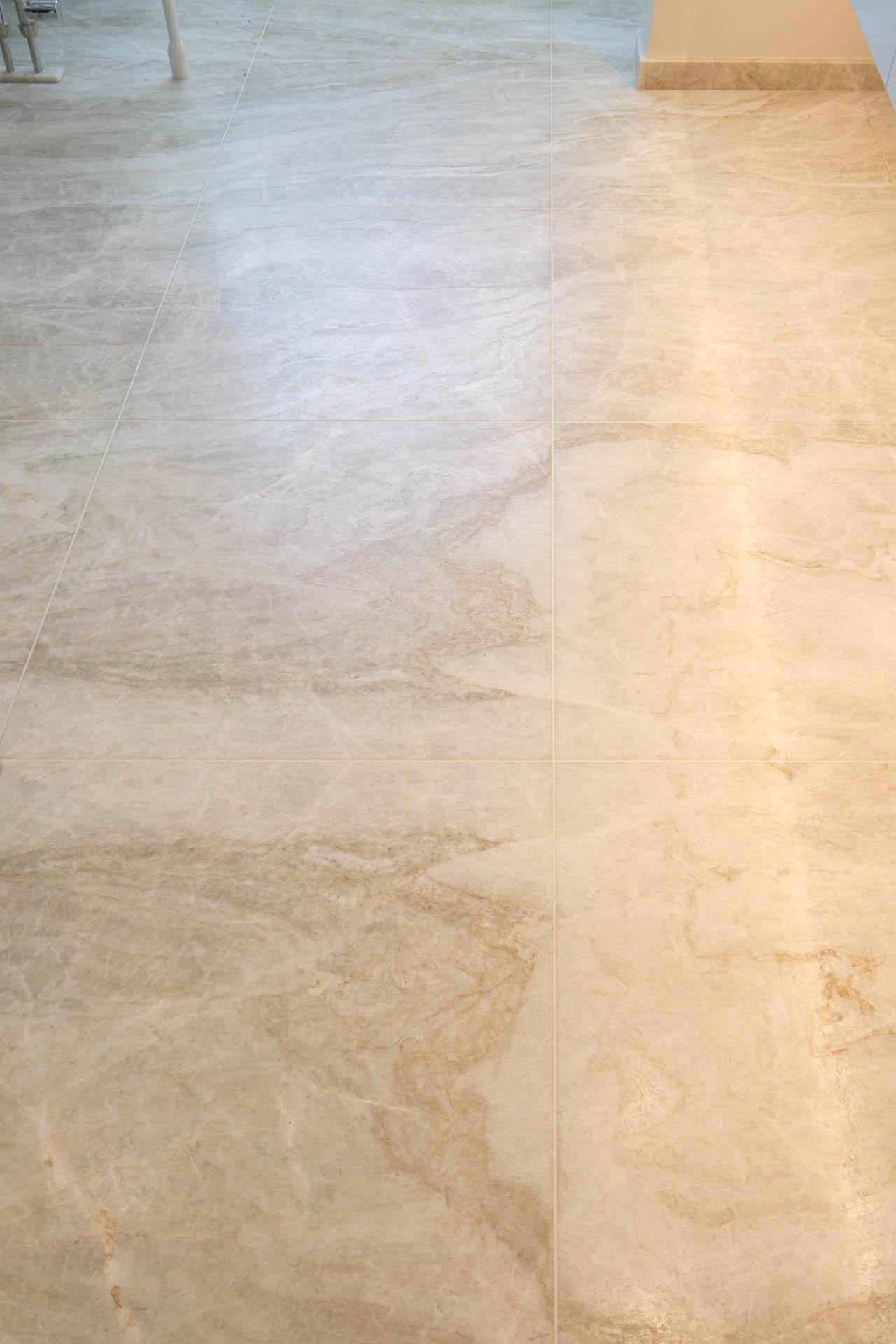 Heller Quarzit als Bodenbelag im Badezimmer