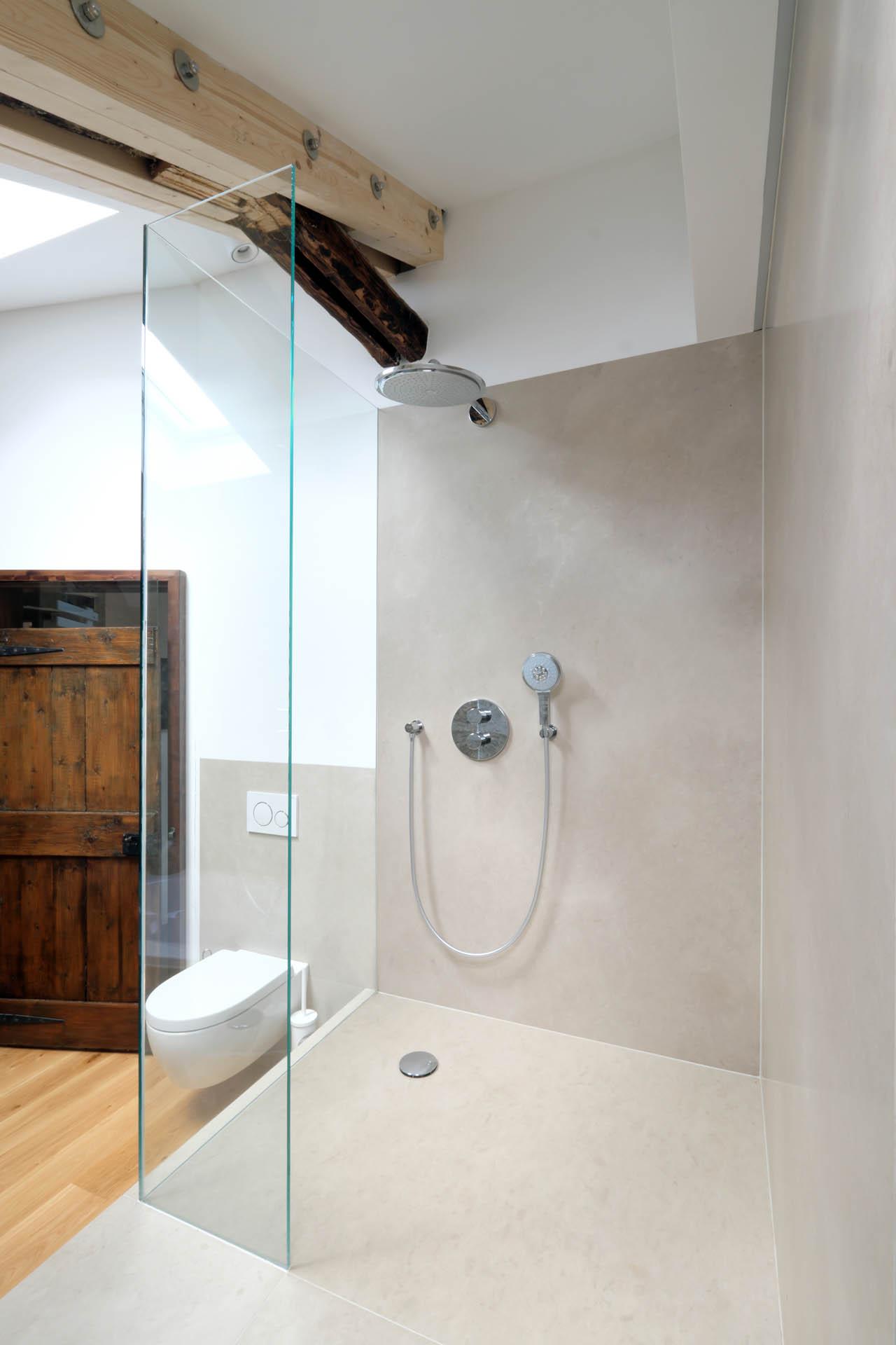 Dusche mit Naturstein Wandfliesen
