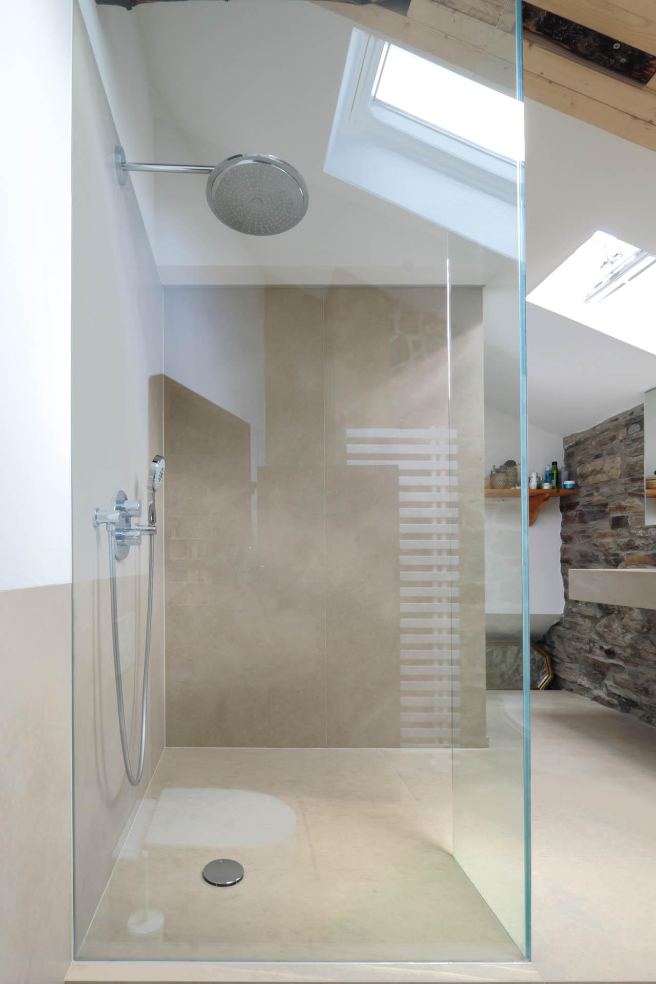 Begehbare Dusche mit Marmorfliesen