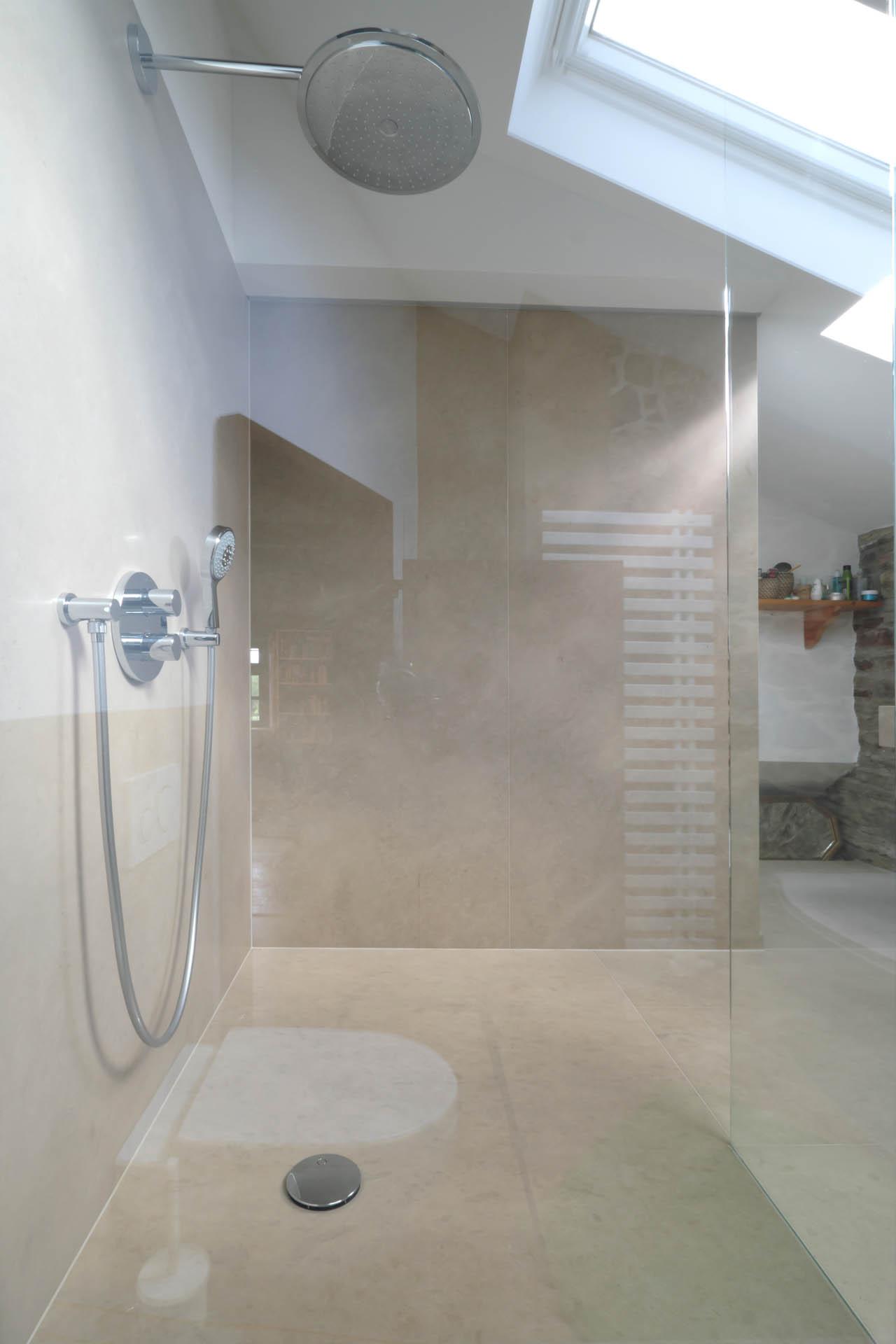 Massive Duschtasse aus Naturstein