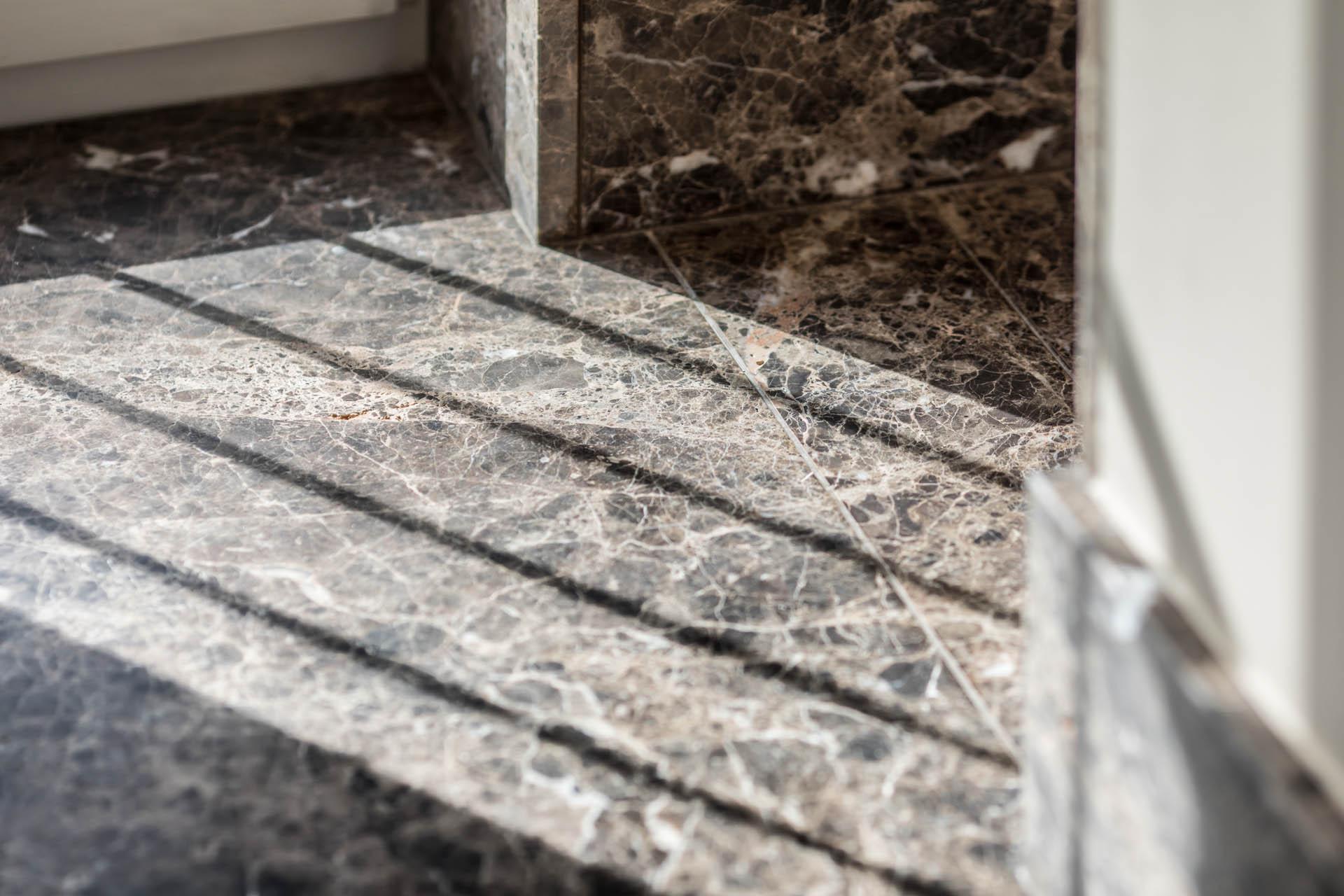 Brauner Bodenbelag aus Naturstein