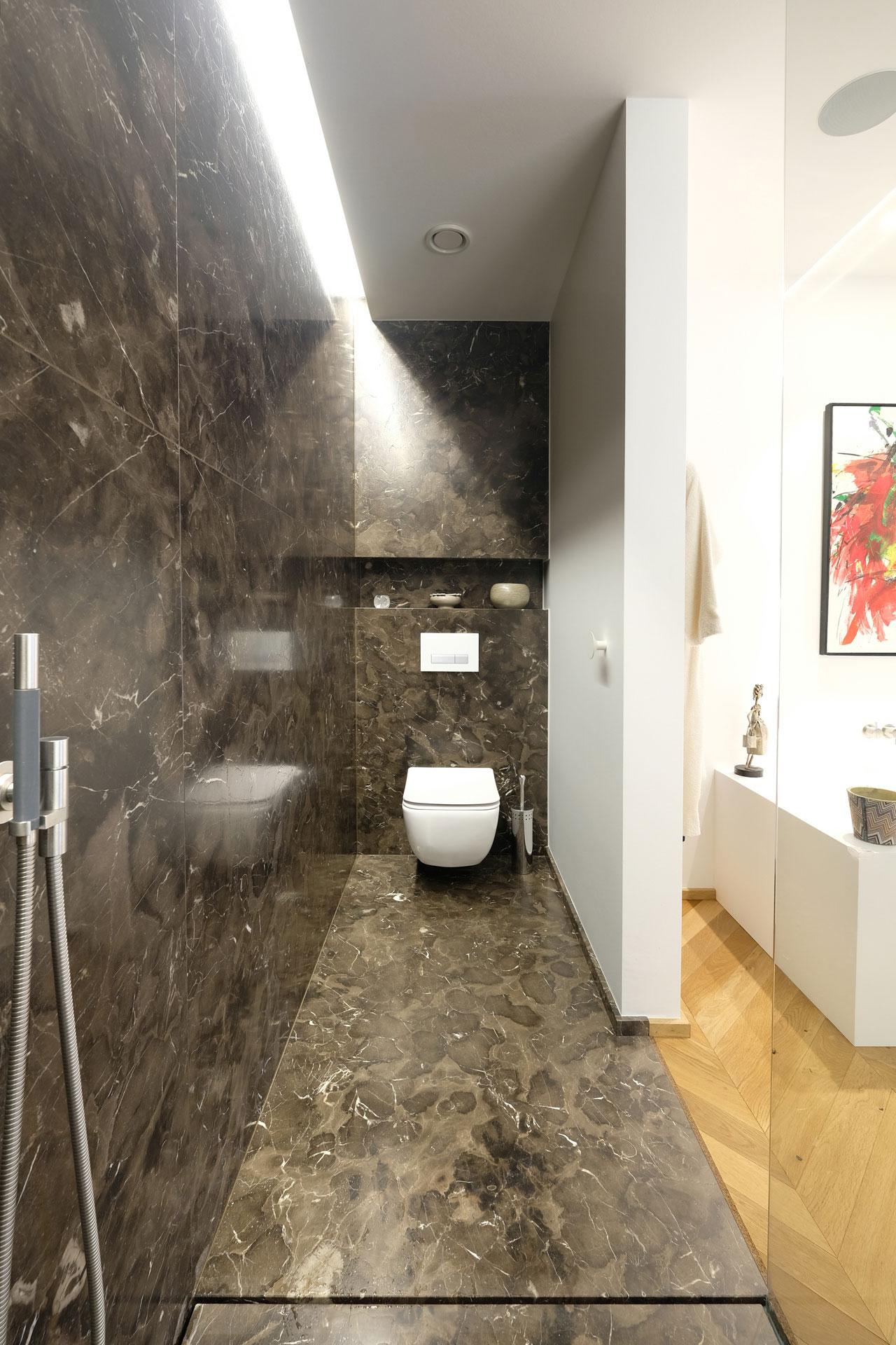 Badezimmer aus Naturstein in Großformat auf Maß