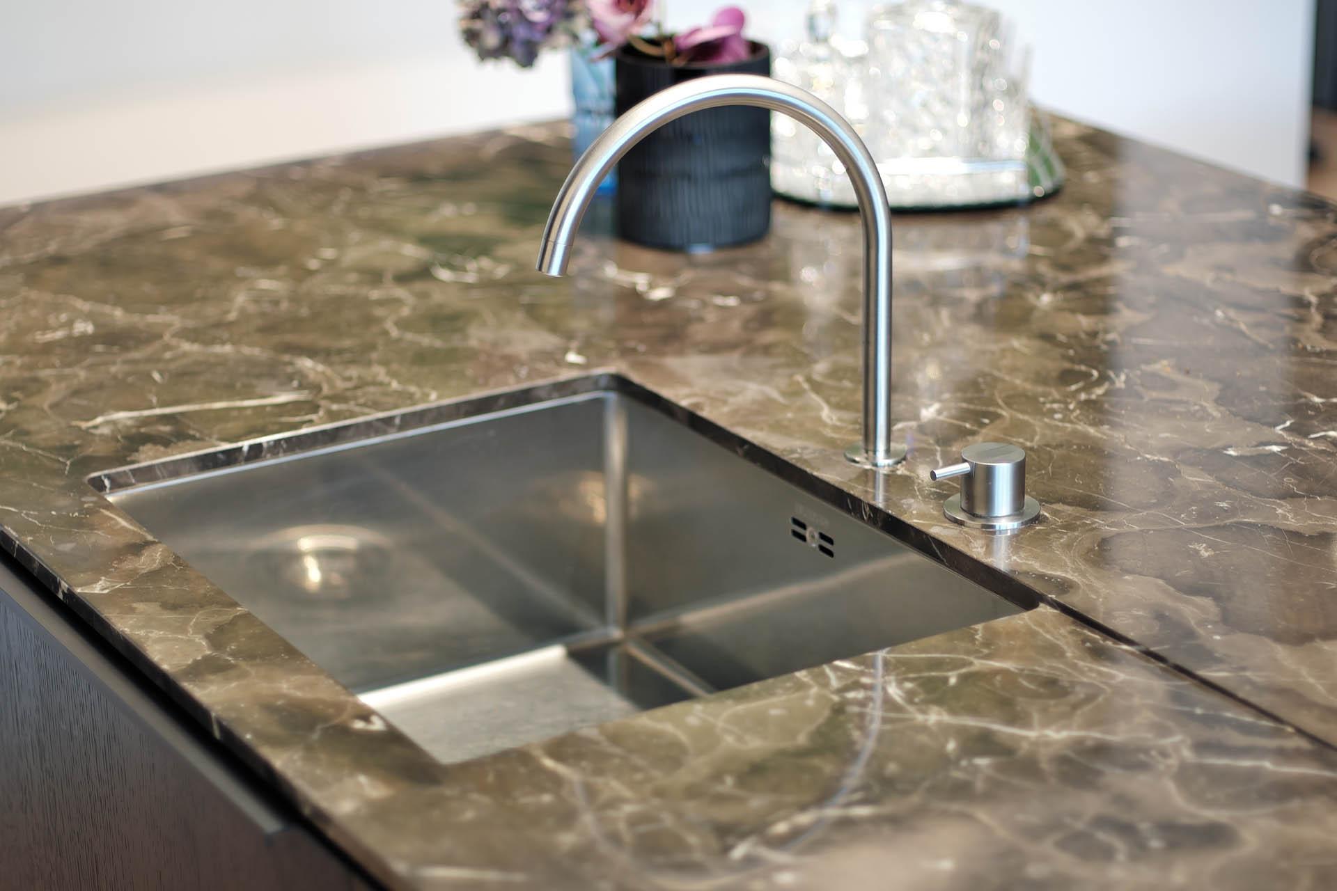 Designküchenarbeitsplatte aus Naturstein mit Abtropffläche