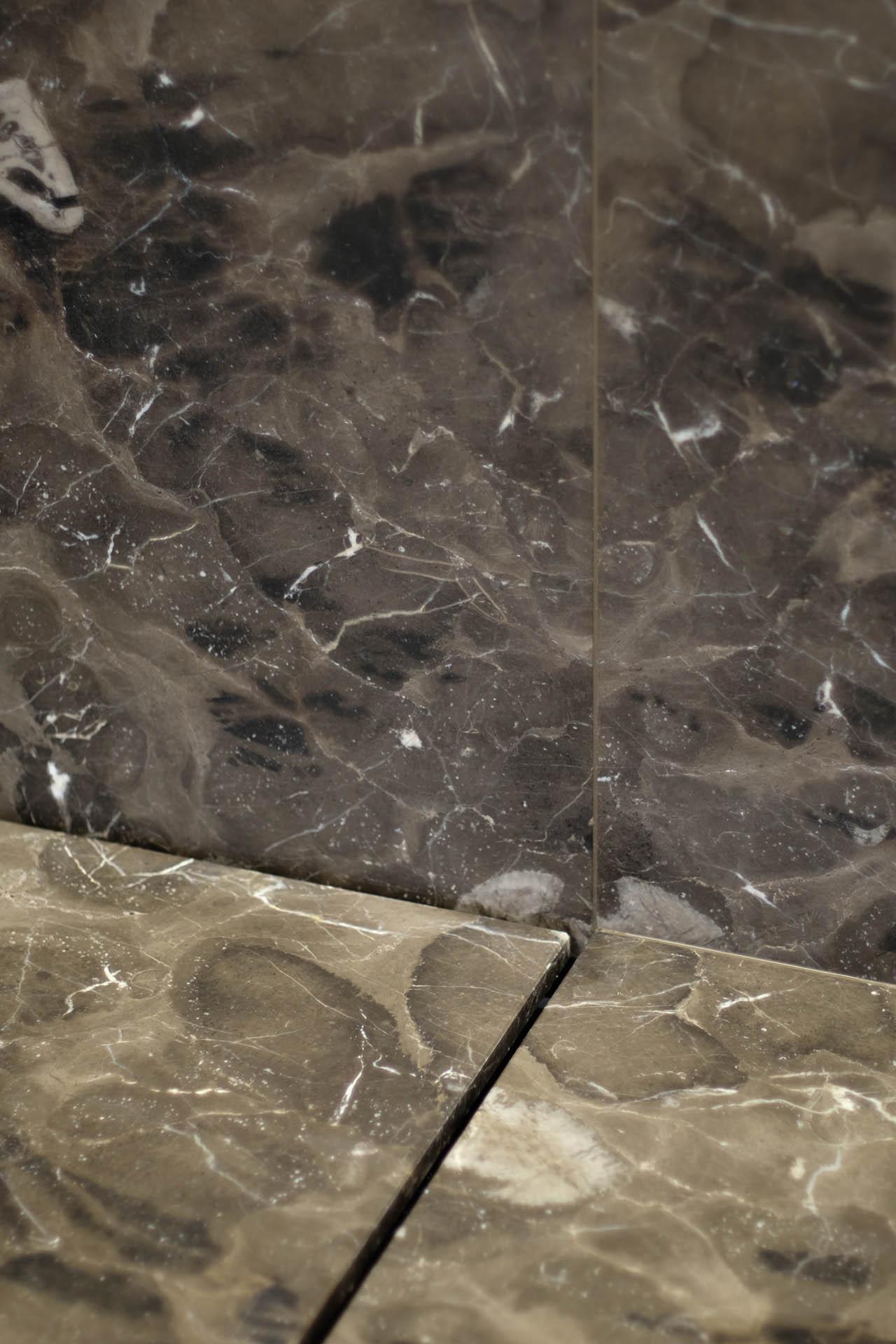 Duschrinnen detail bqaua kombiniert mit Mystic Brown Marmor