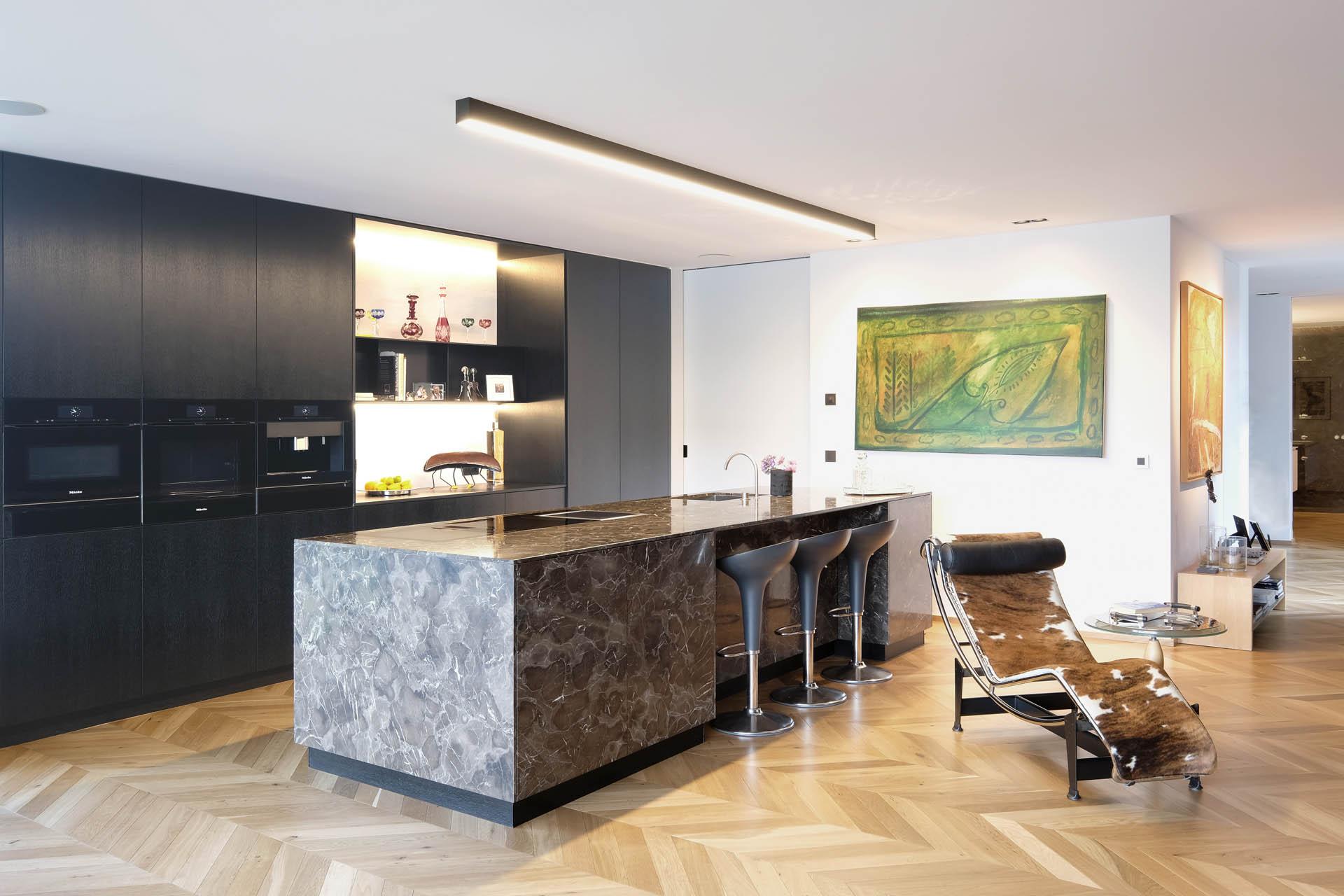 Moderner Küchenblock veredelt mit braunem Marmor