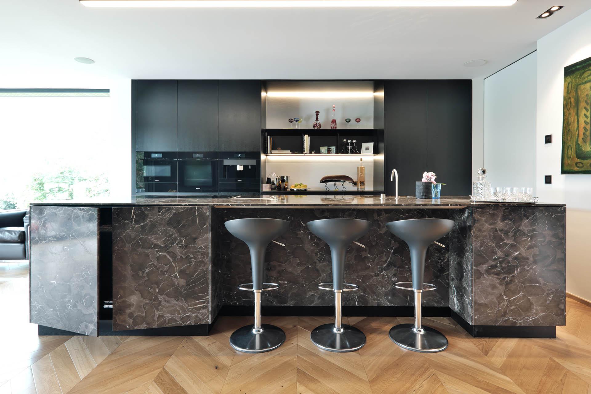Küchenblock aus Naturstein mit Steinfronten und Hockernische