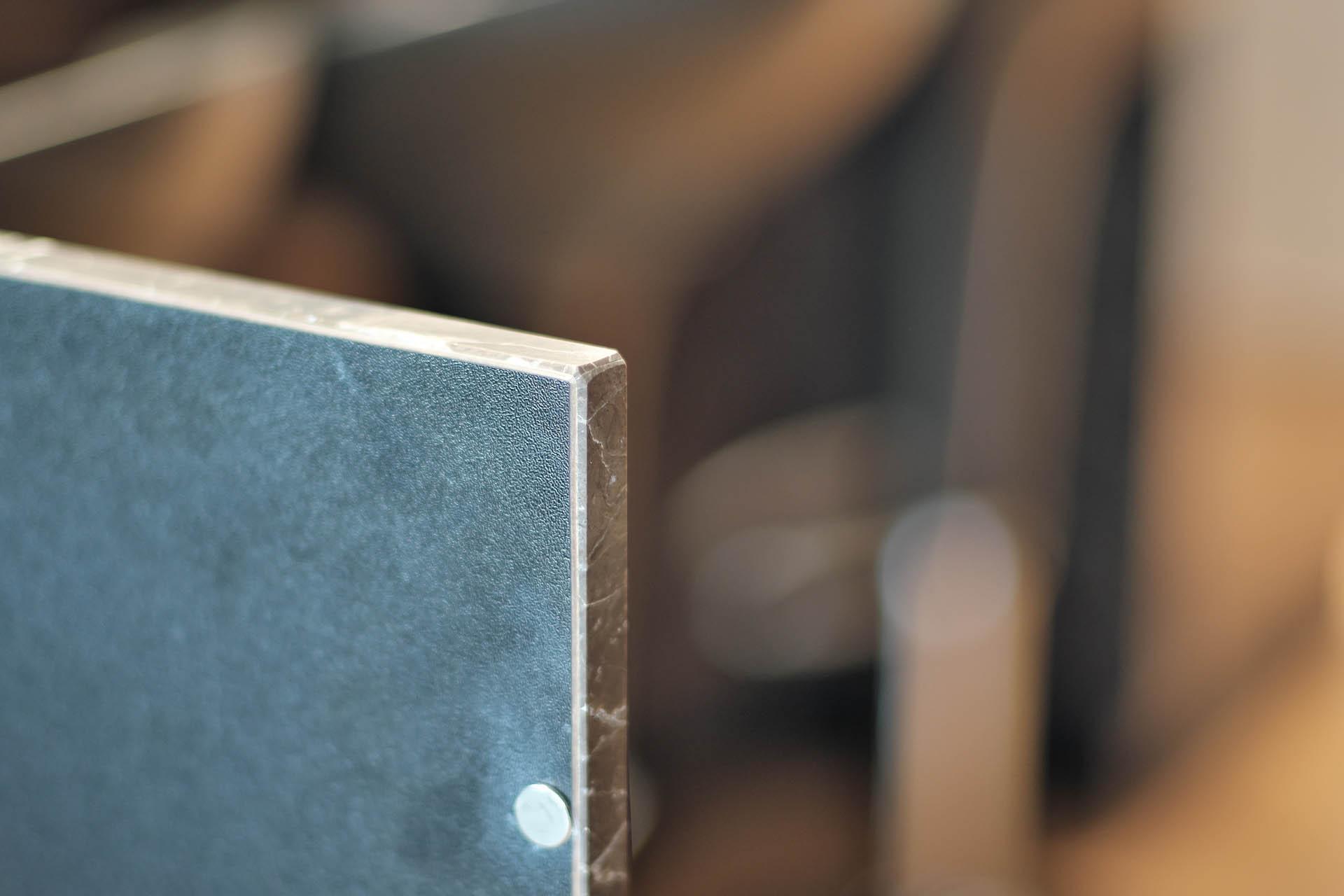 Küchblock aus Naturstein mit Schranktüren - Detail