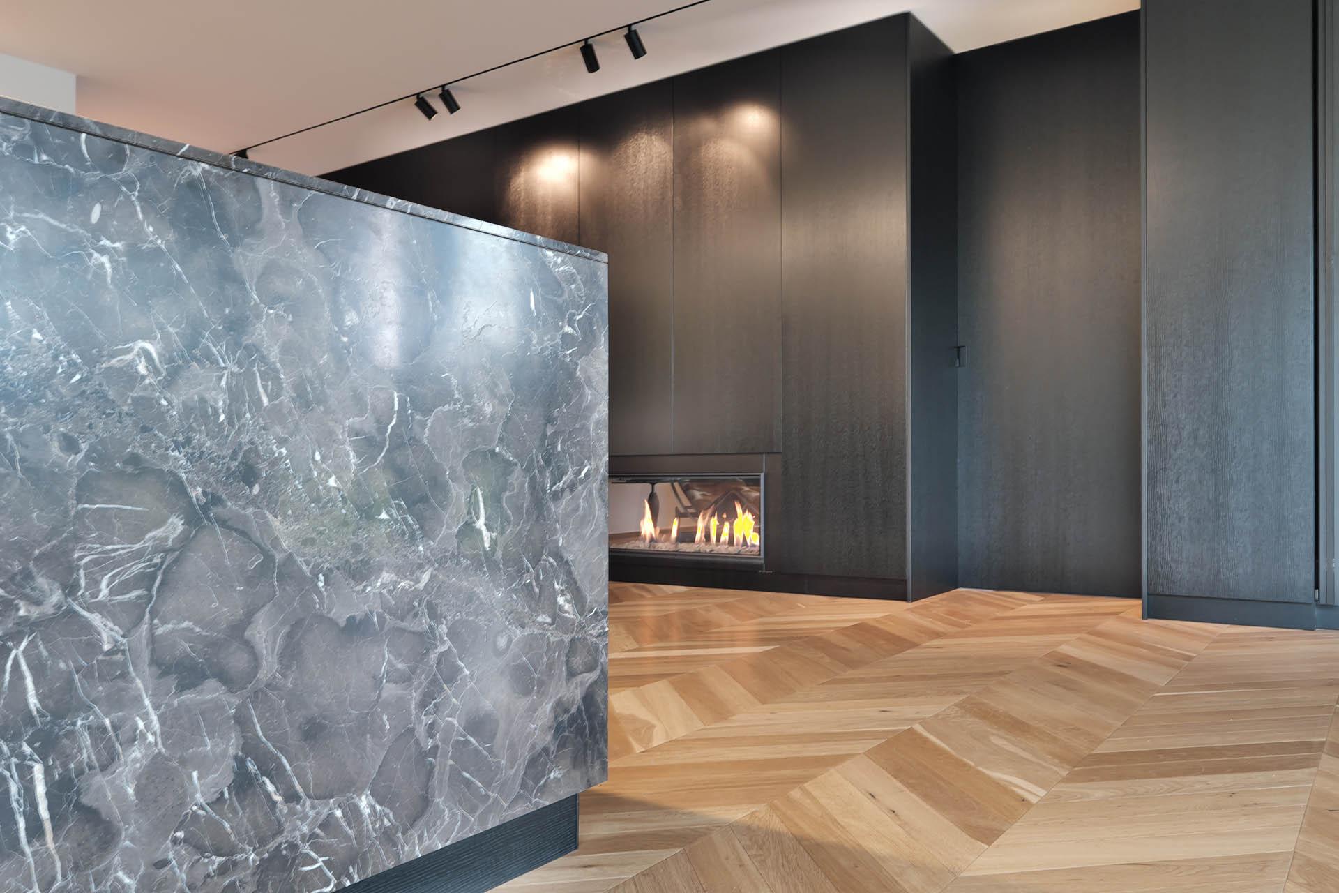 Wohnküche mit Kamin - Marmor und Holz