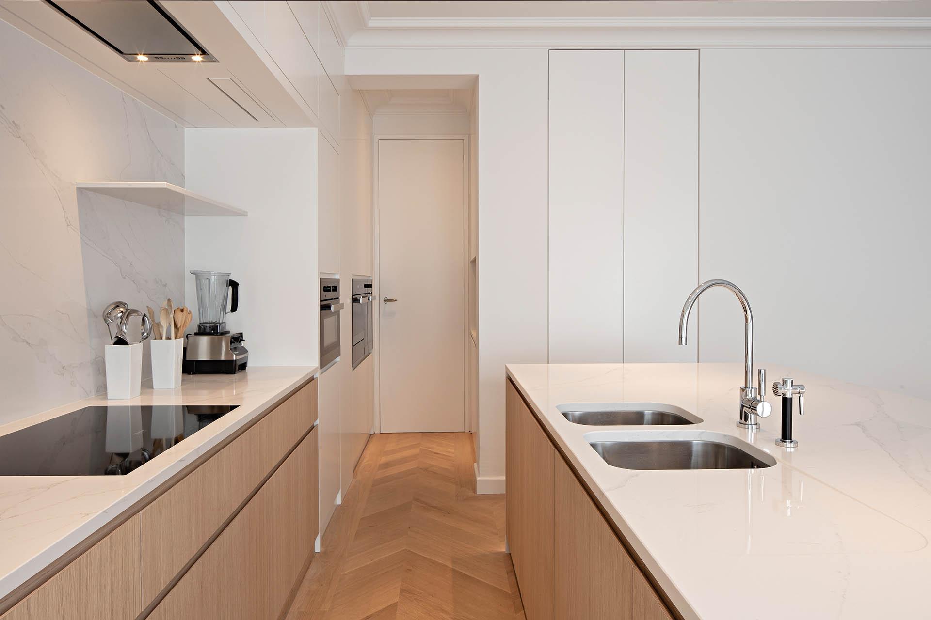 Praktische Designküche mit pflegeleichten Unterbaubecken und flächenbündigem Kochfeld