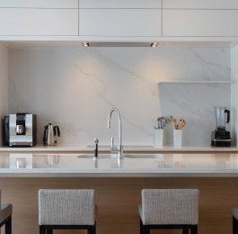 Designküche in Compac und Holz