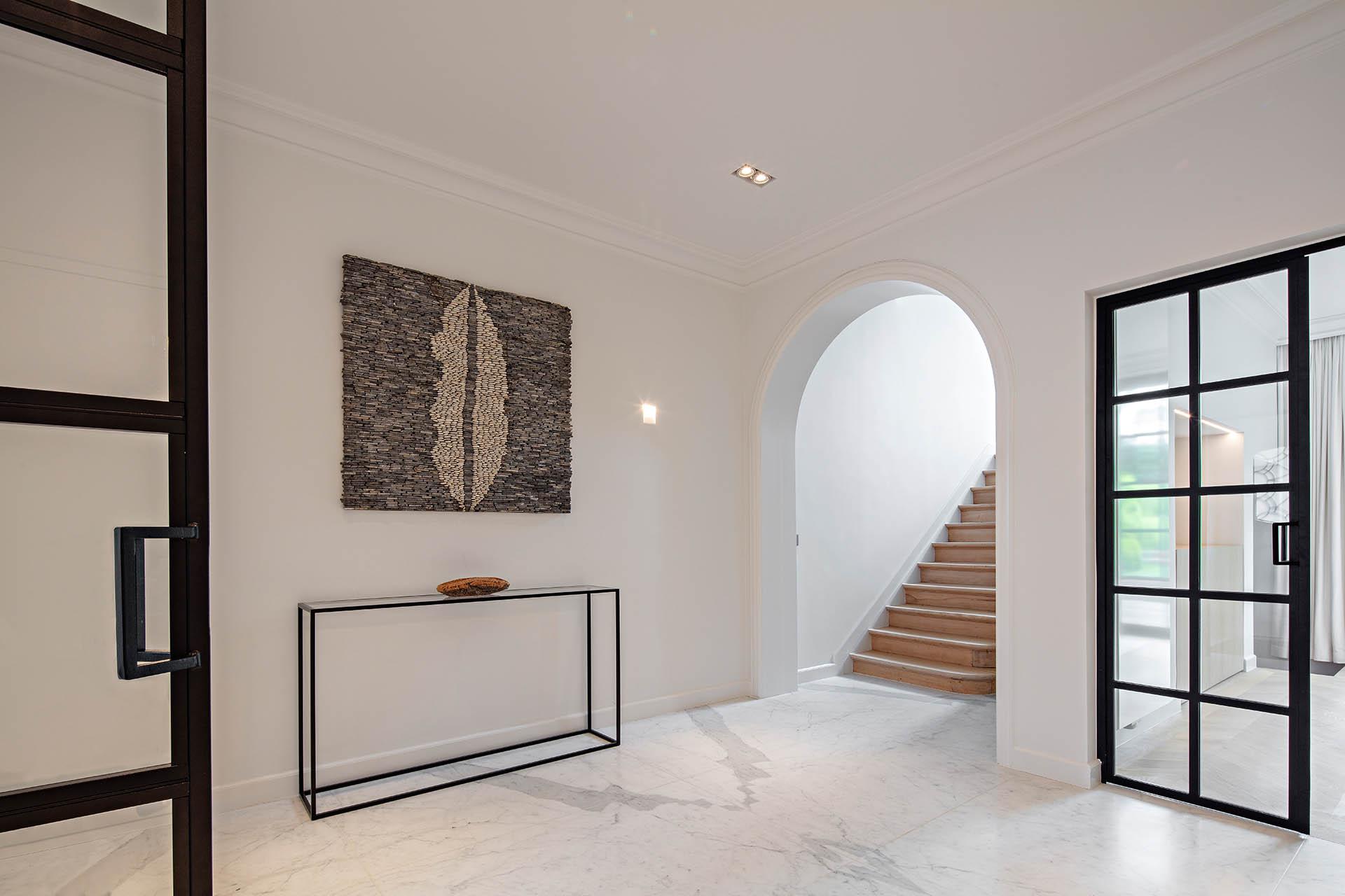 Edler Carrara Statuario Marmor Bodenbelag in XXL Fliesen in moderner Innenarchitektur