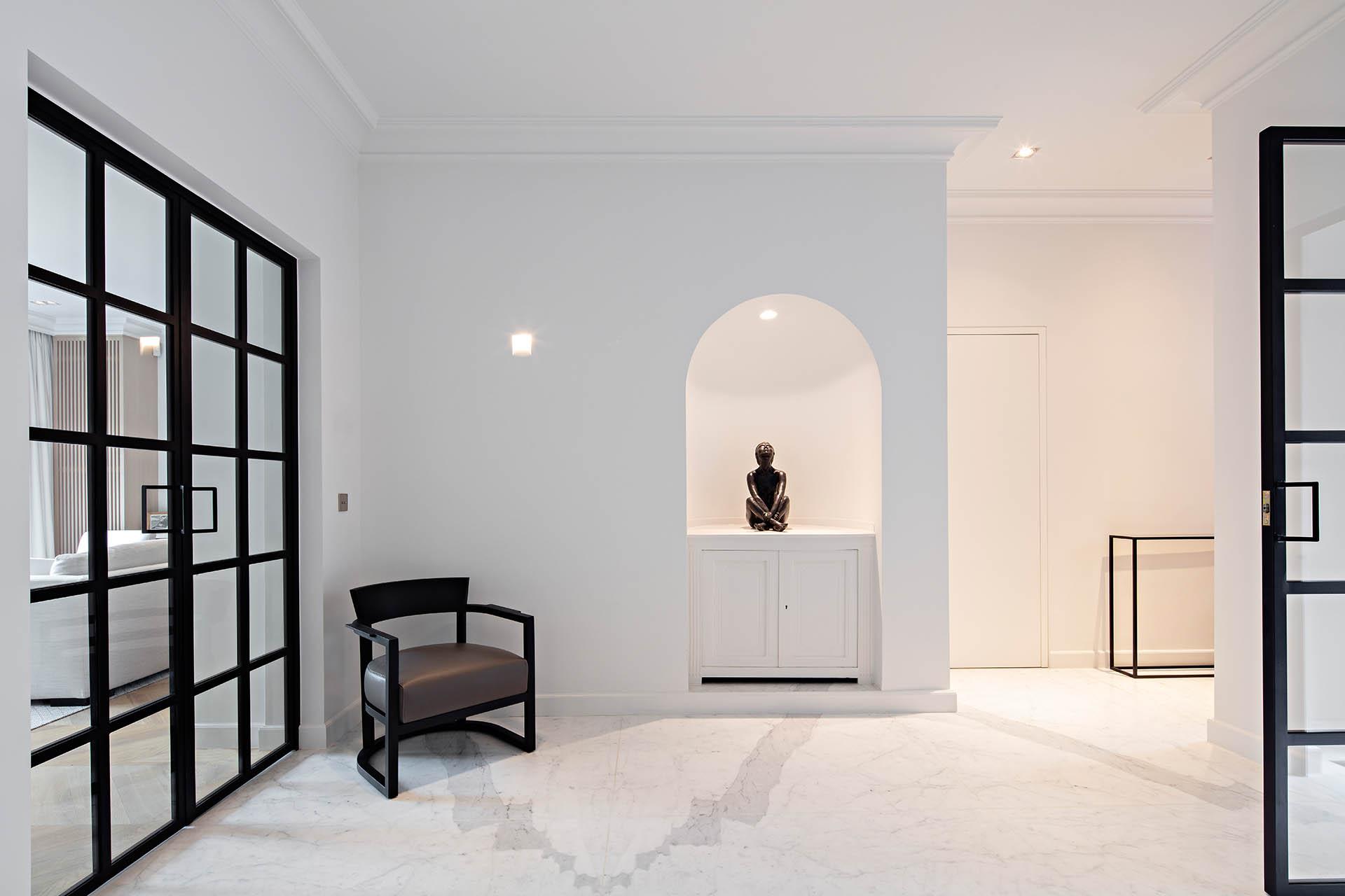 Zeitgenössische Innenarchitektur mit weißem Marmorbodenbelag - Flurgestaltung