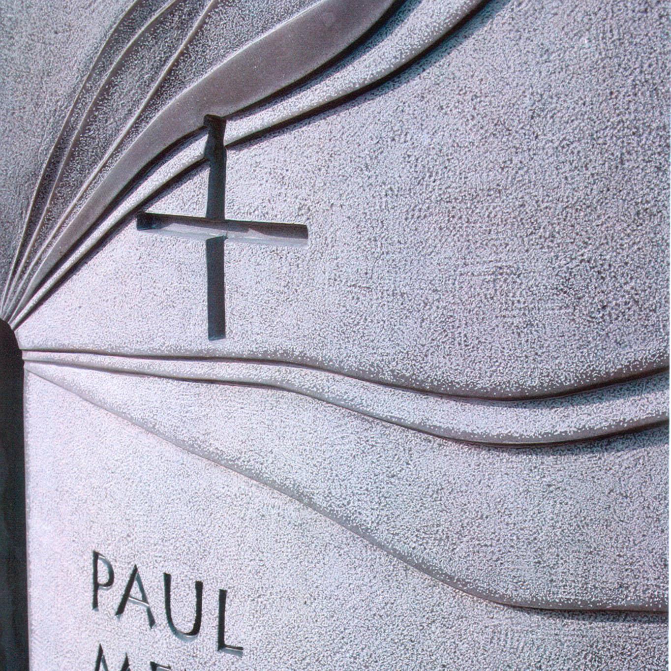 Grabstein aus Blaustein mit individueller Gestaltung