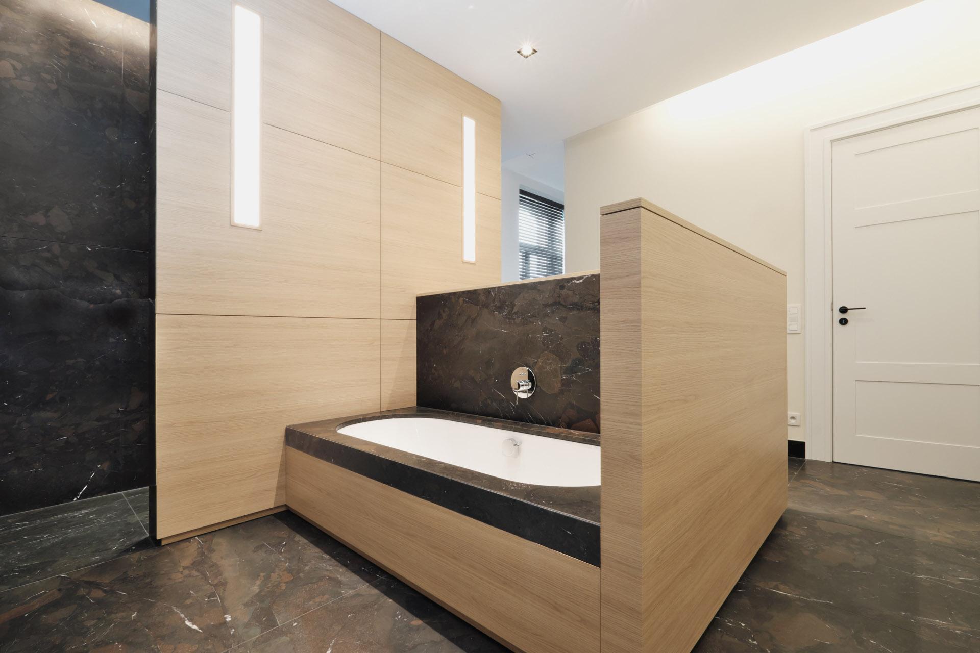 Modernes Baddesign mit Naturmaterialien Naturstein Breccia Imperiale und helles Holz - Badmöbel für höchste Ansprüche