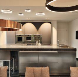 Breccia Imperiale als Kücheninsel kombiniert mit Edelstahl SIematic Fronten