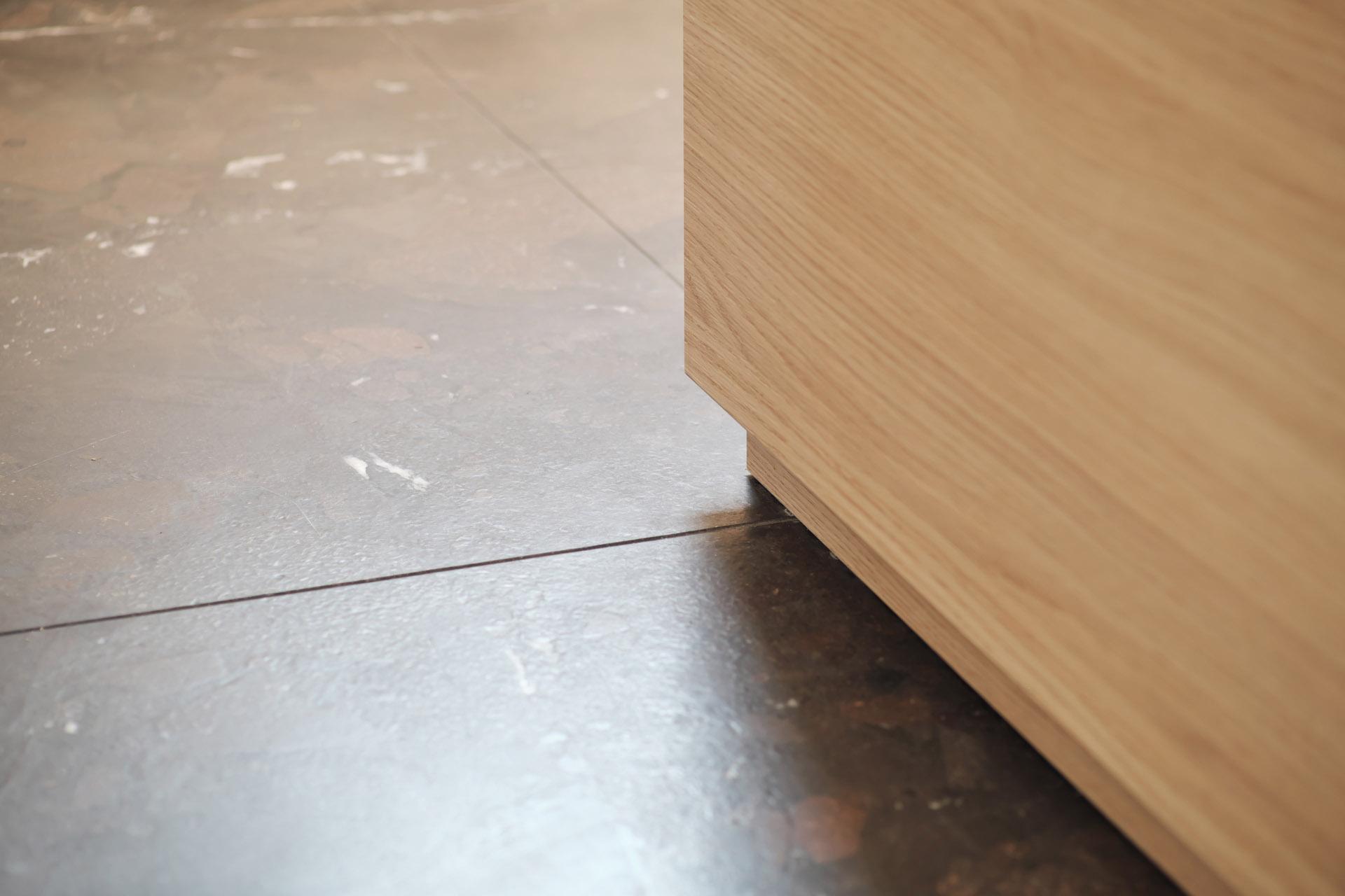 Edle Fußböden aus Naturstein - dunkelbrauner Quarzit Breccia Imperiale auf Maß zugeschnitten