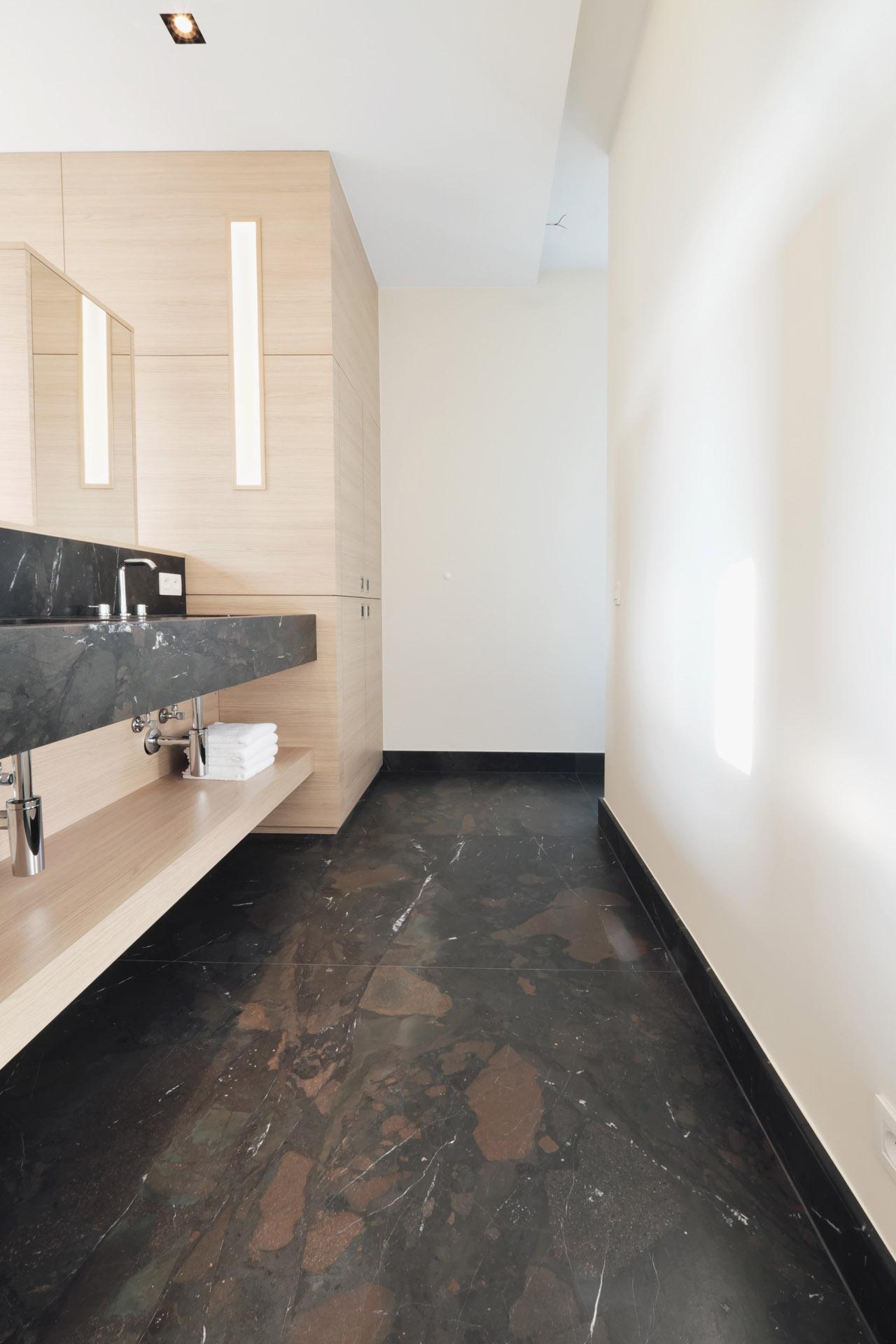 XXL Naturstein Fliesen auf Maß aus Breccia Imperiale mit wenigen Fugen auf Bodenheizung im Badezimmer verlegt