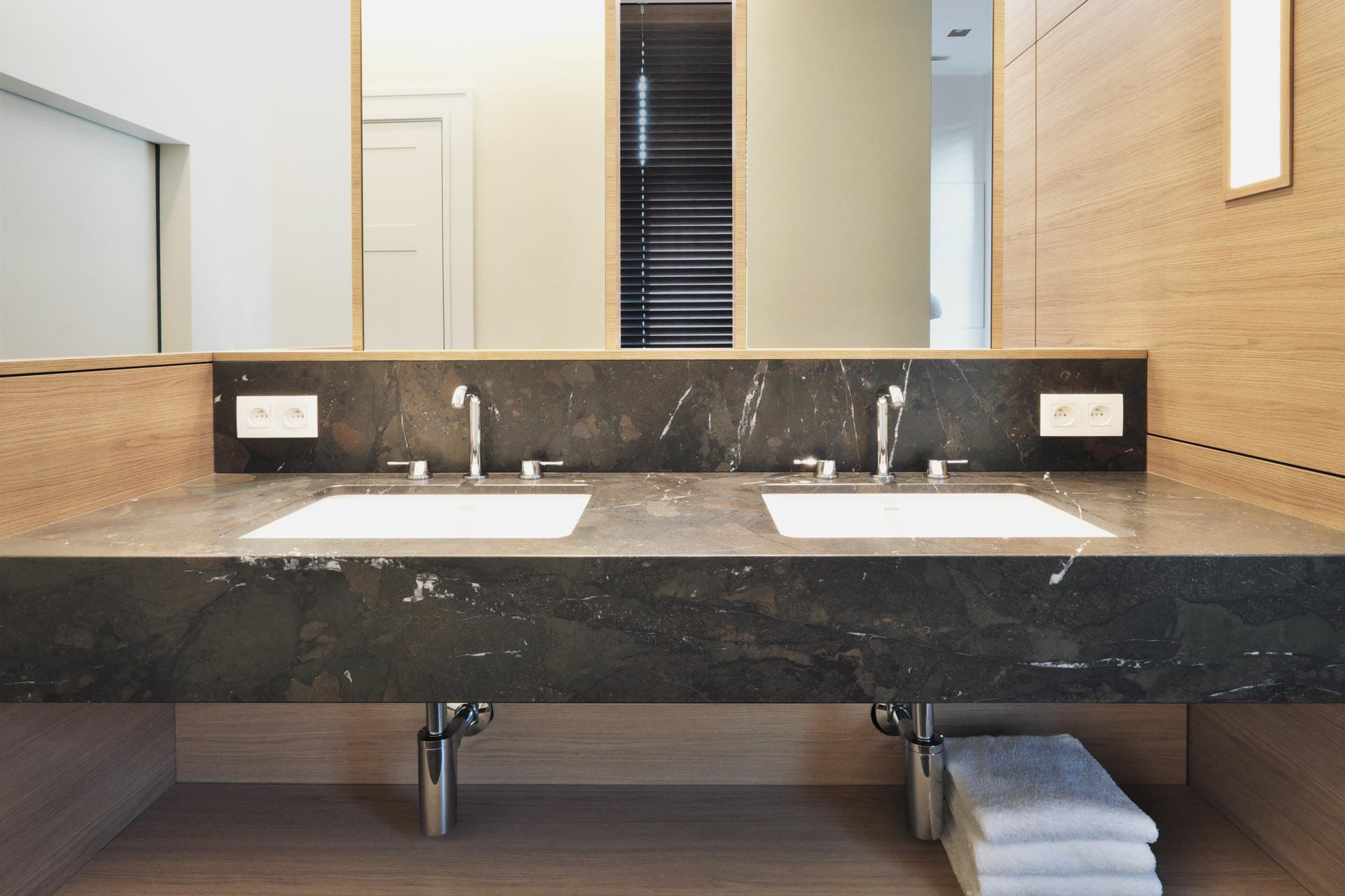 Exklusive Badmöbel wie ein Waschtisch aus Naturstein auf Maß