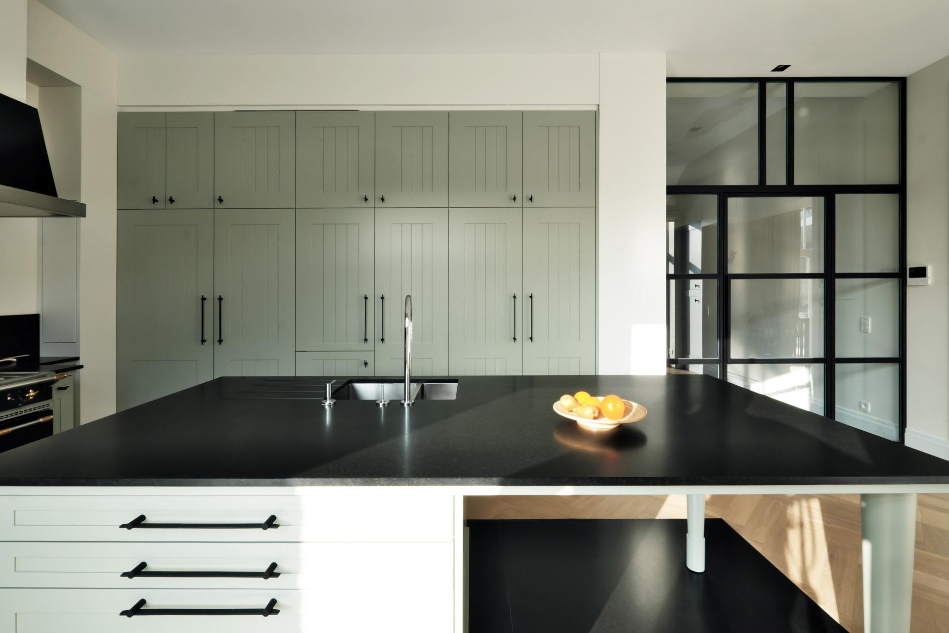 Kücheninsel aus Nero Assoluto in einer ländlichen Traumküche