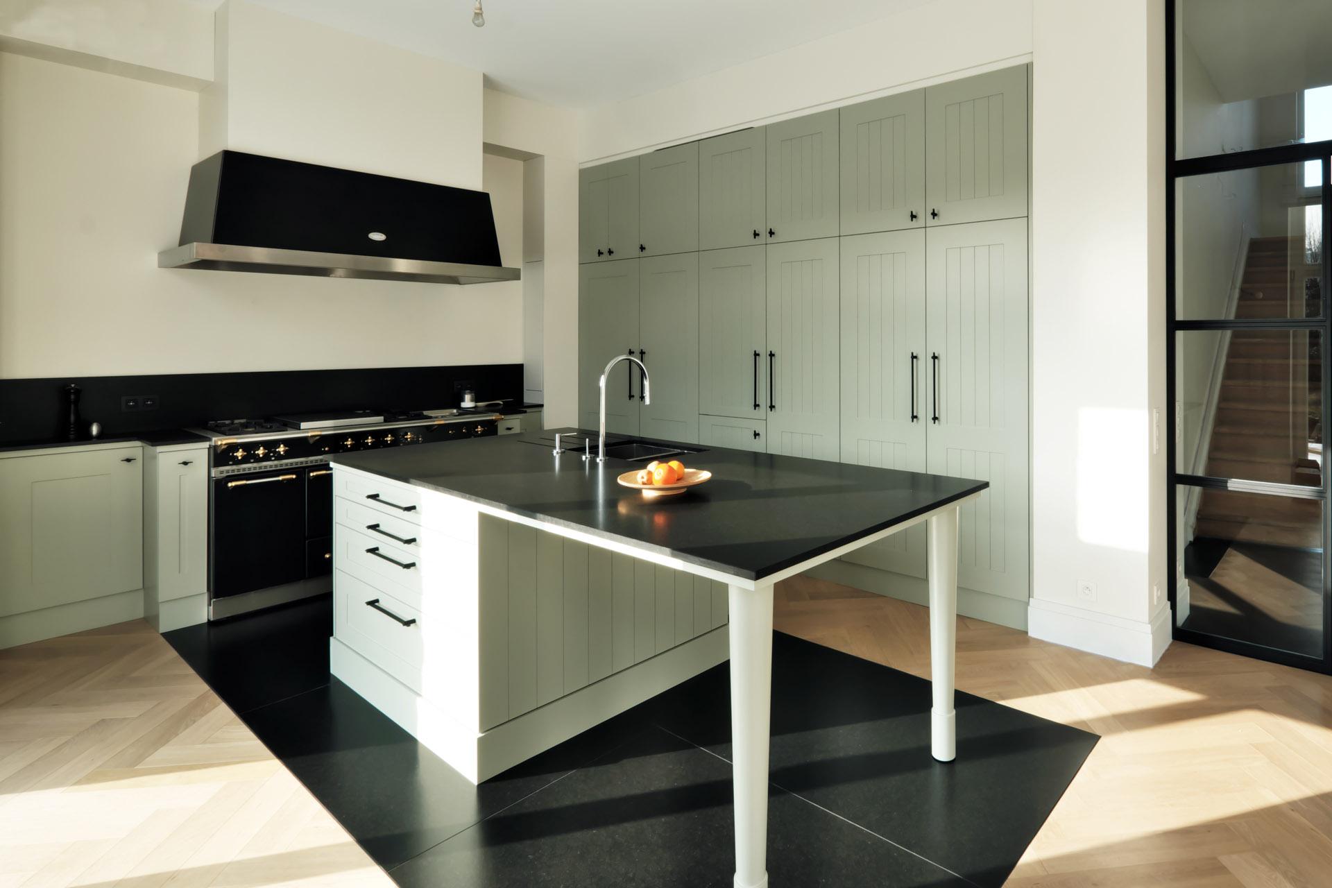Traumküche im Schöner Wohnen Landhausstil, olivgrün und schwarz matt / Holz und Naturstein Nero Assoluto