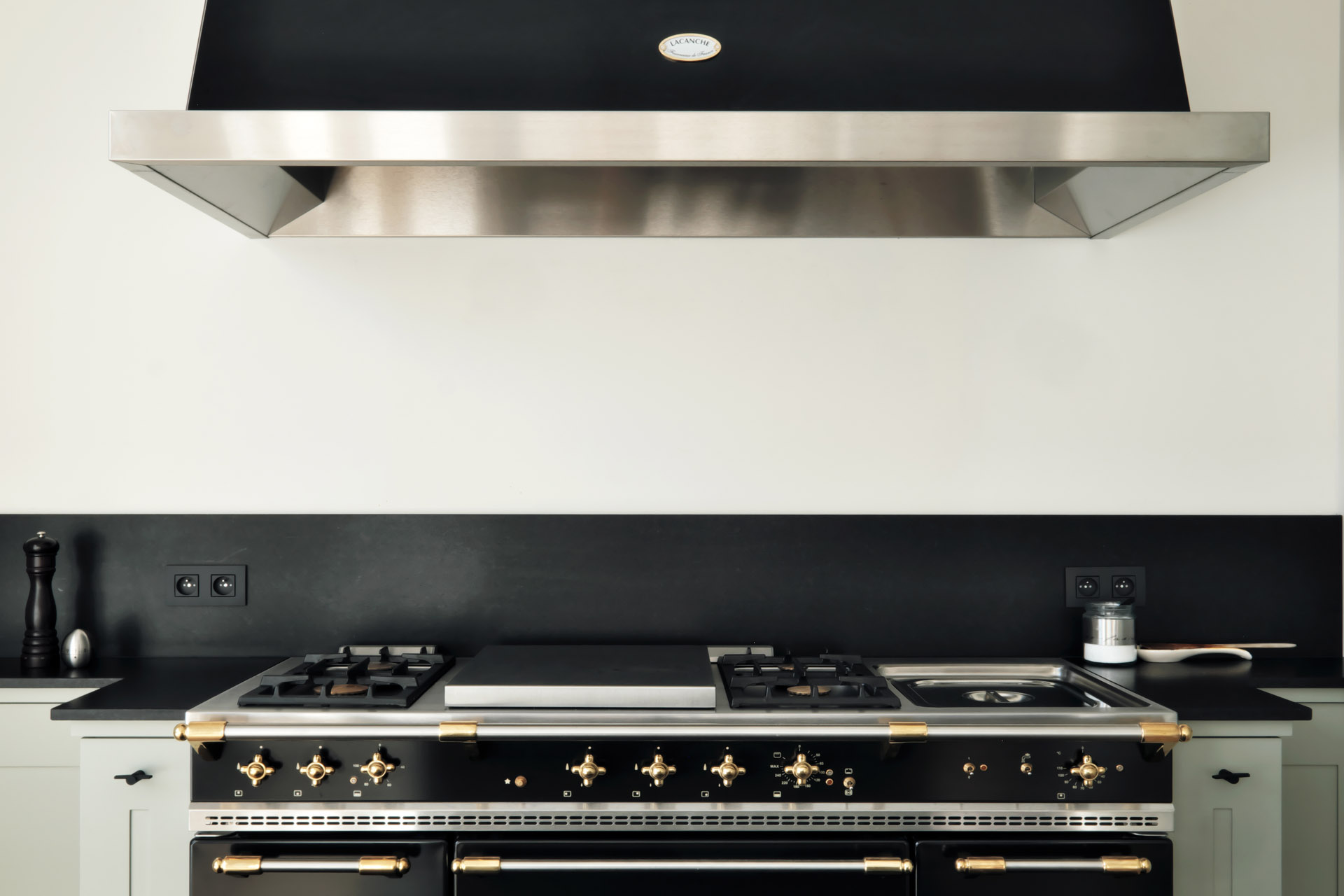 Traumküchen mit Markengeräten - Lacanche Designofen/Gasherd kombiniert mit Naturstein Zimbabwe Z Classic