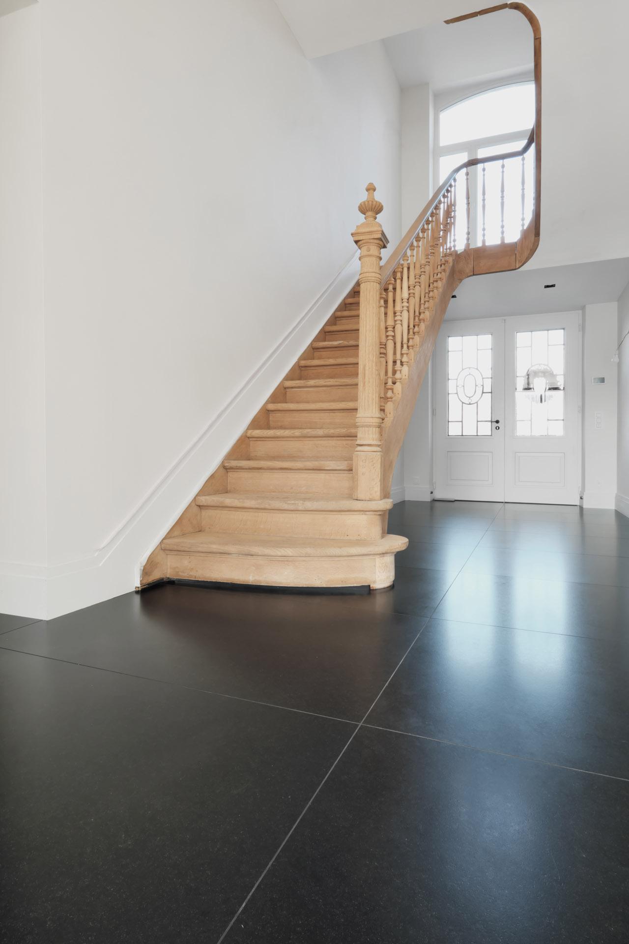 Schwarzer Stein Fußboden in zeitgenössischer Architektur - Fußböden nach Kundenwunsch in individuellen Formaten auf Maß - Wenige Fugen und Pflegeleichte Materialien für den exklusiven Fußboden