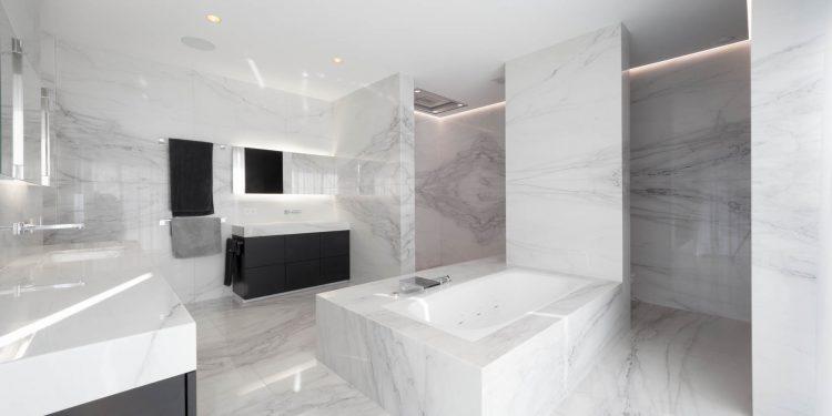 Einzigartige Badgestaltung mit Naturstein - weißer Marmor in Dusche und Bad mit Designarmaturen von Dornbracht