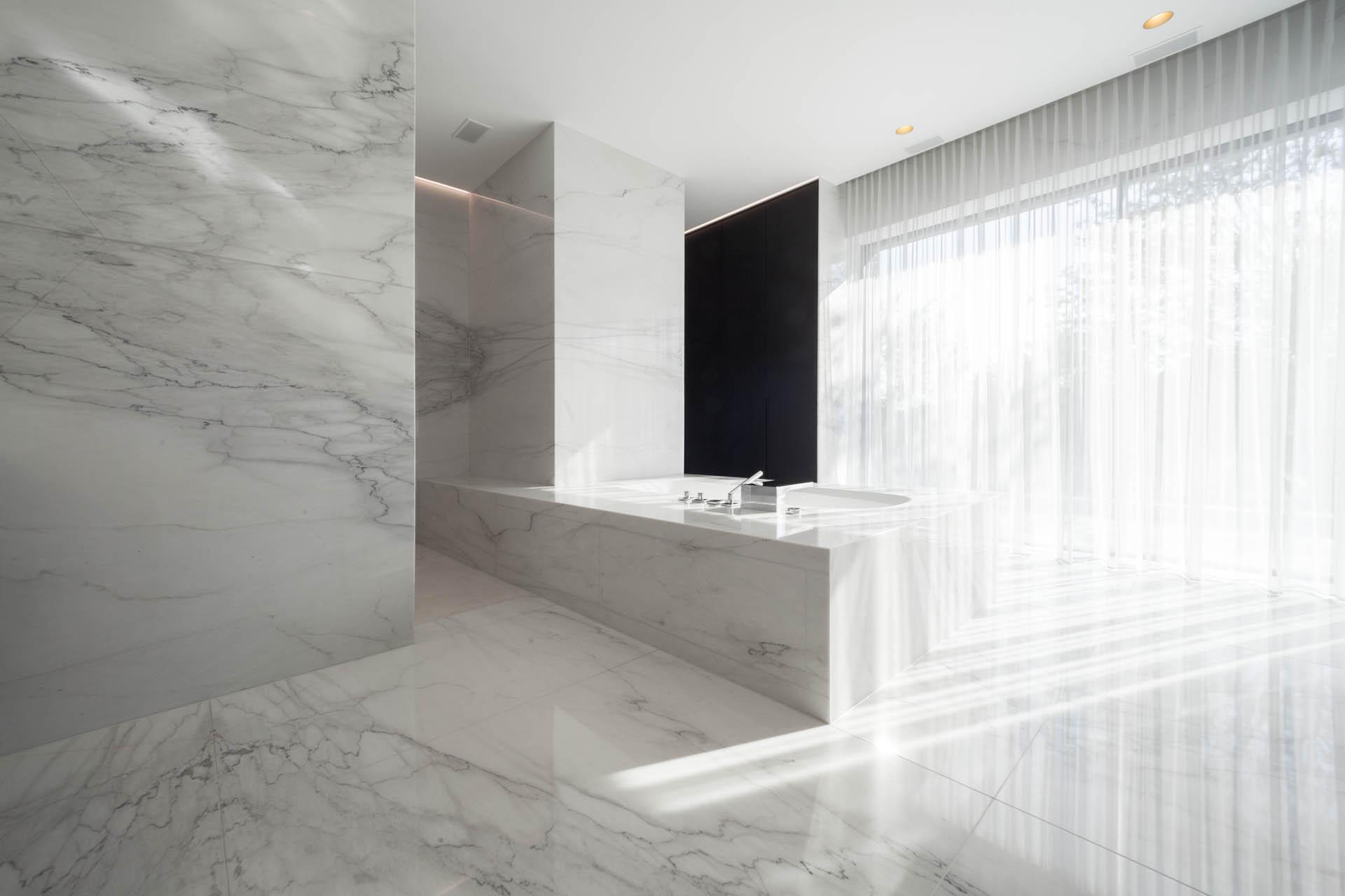 Traumbad aus Naturstein italienischer Marmor Calacatta Extra - Bodenplatten und Wandfliesen in großformatigen Marmortafeln auf Maß