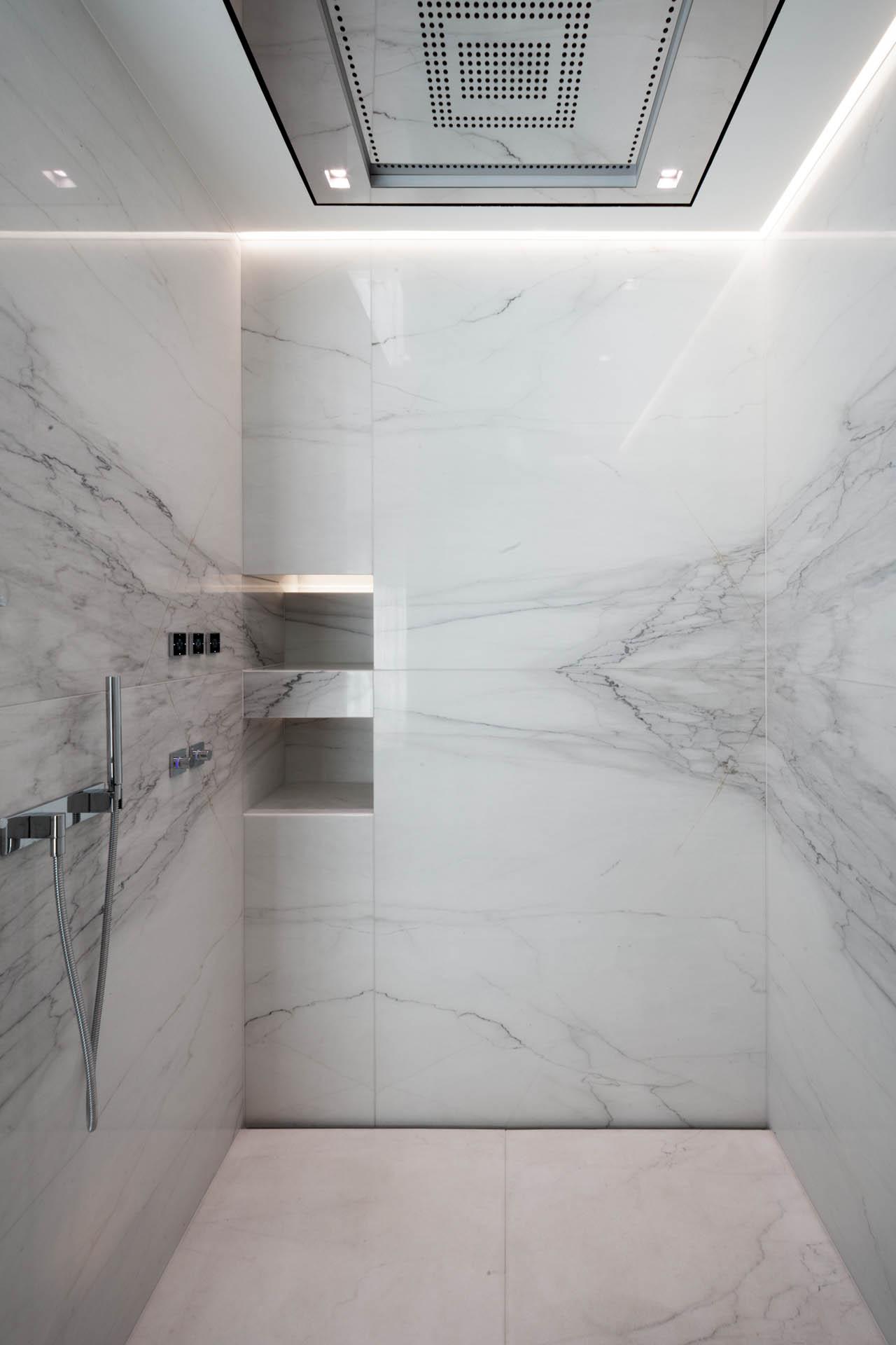 Calacatta Marmor im Strukturschnitt als Duschwandverkleidung in Großformaten mit wenigen Fugen