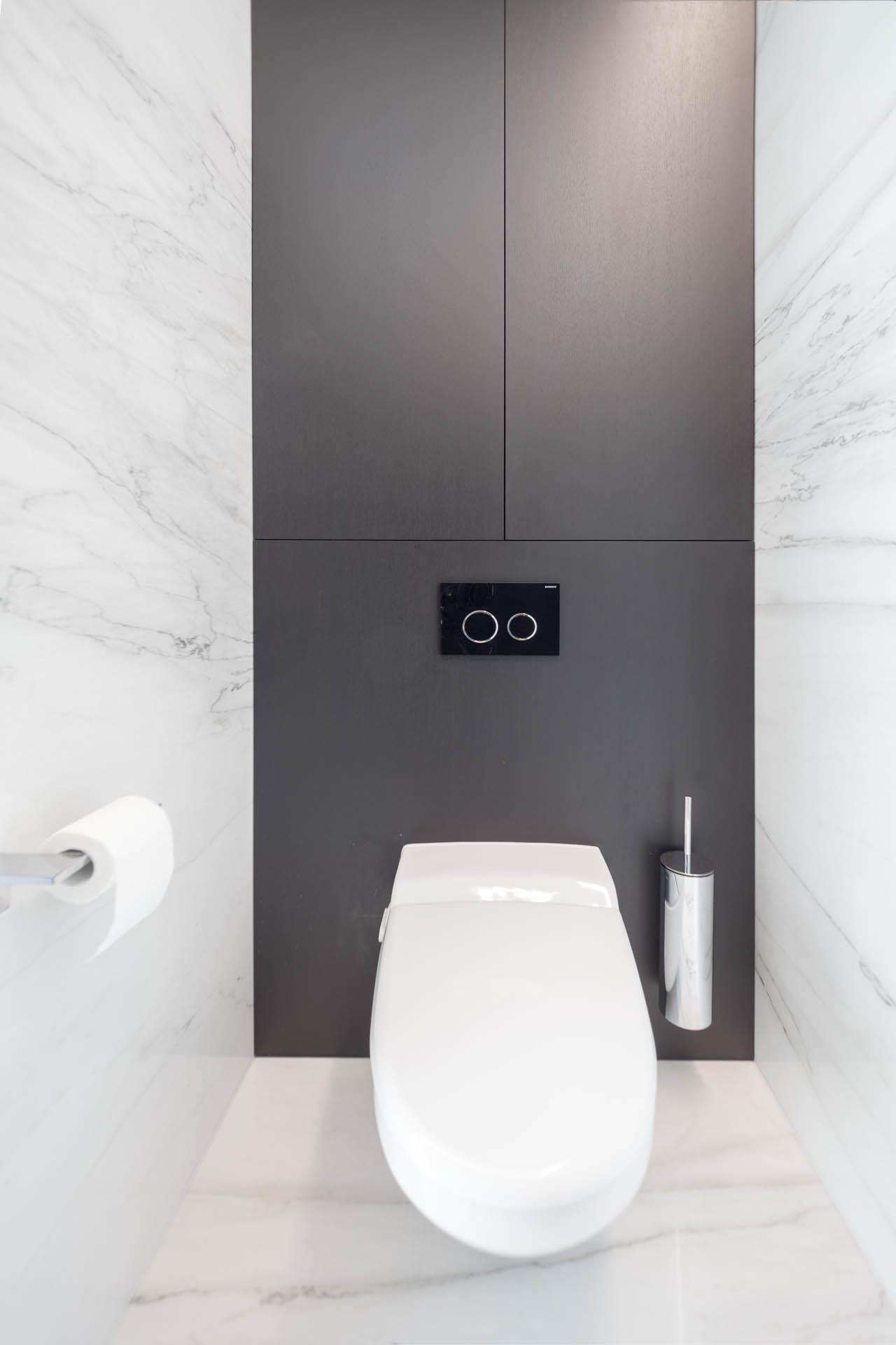 WC mit Marmorwand und Natursteinboden