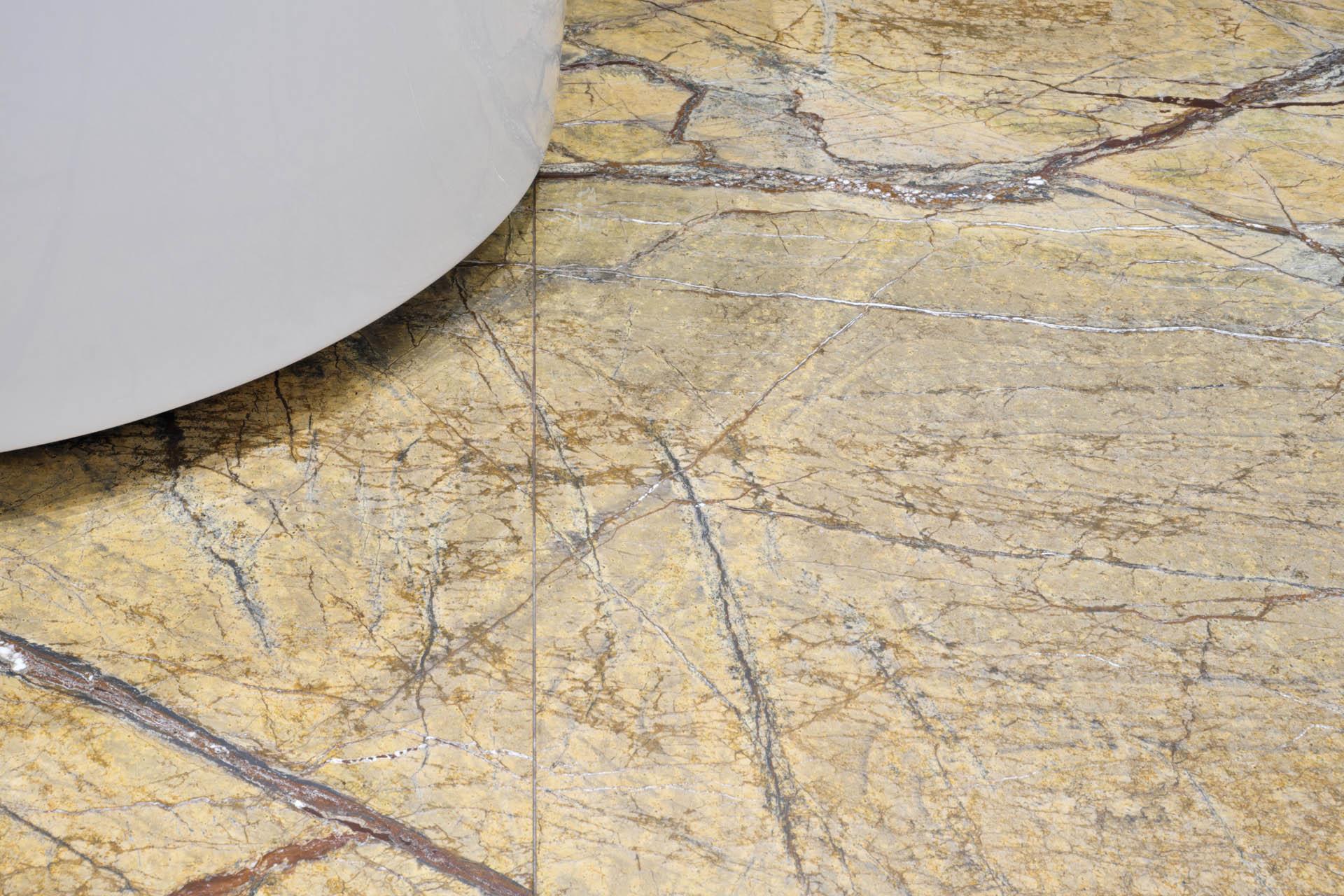 Großformatiger BAdezimmerboden aus Naturstein Rainforest Gold Marmor
